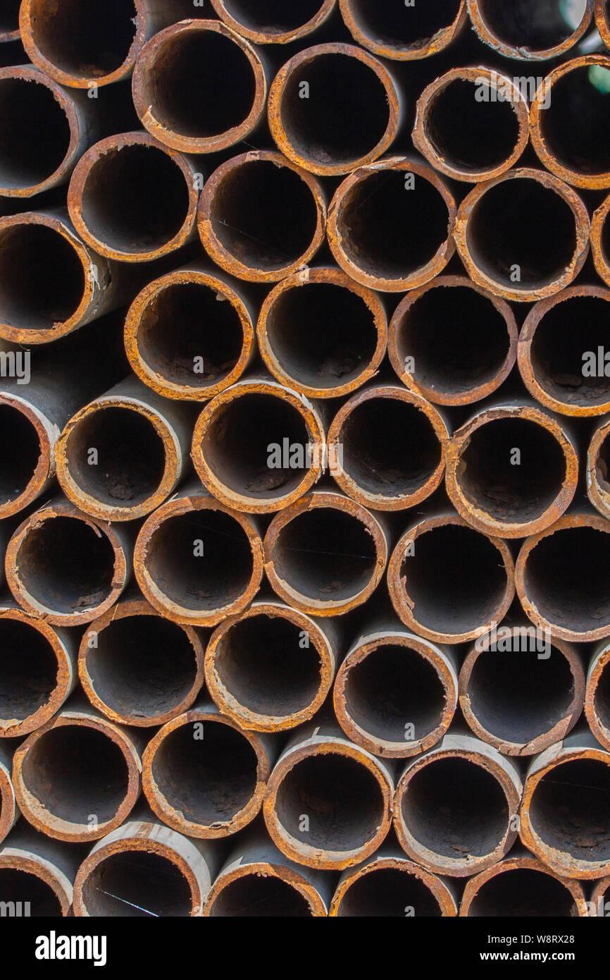 Rostiges Metall Rohre, Textur Hintergrund, Schrott vertikale Stockfoto