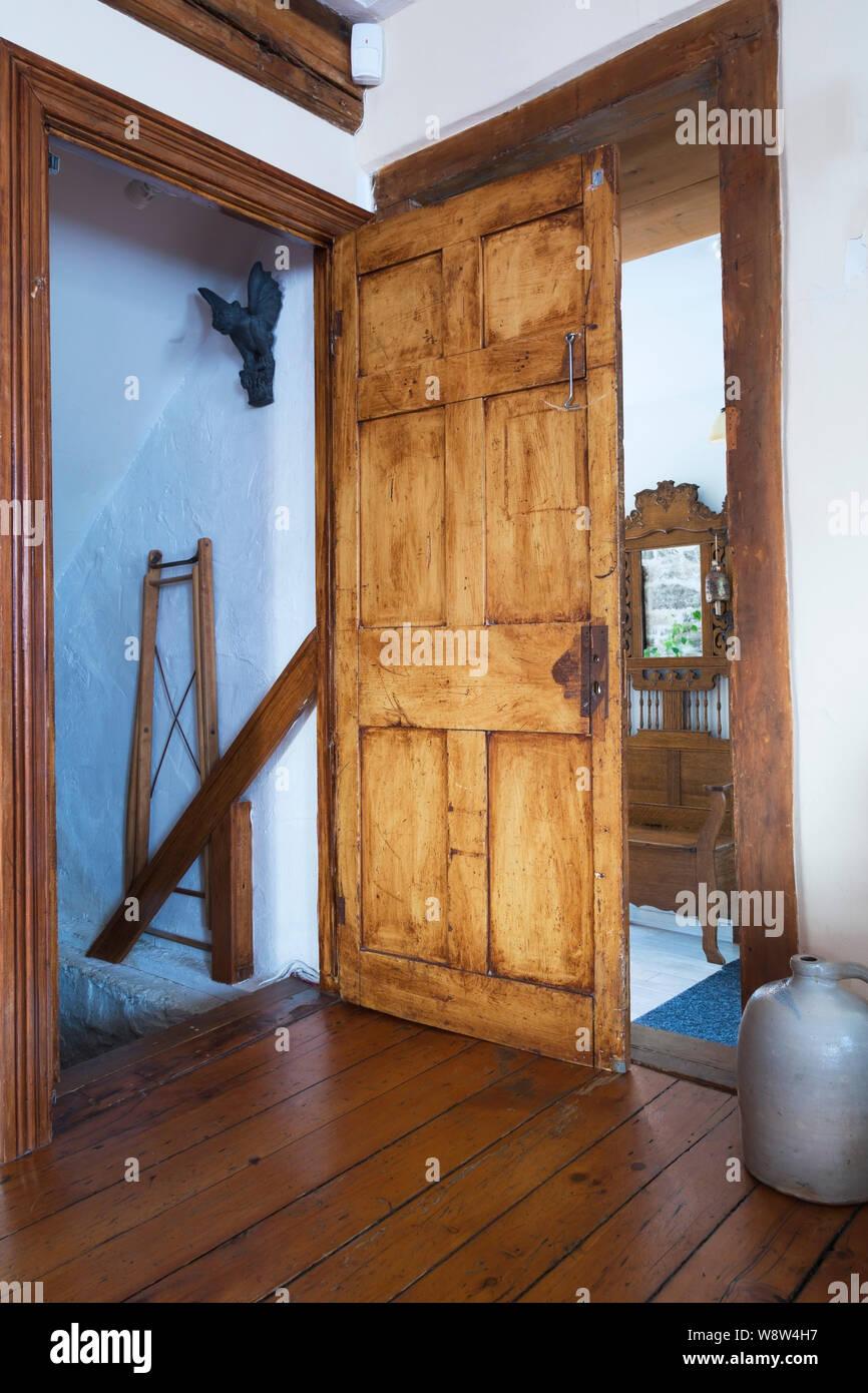 Tür der Treppe im Wohnzimmer, Keller Zimmer in einem alten ...