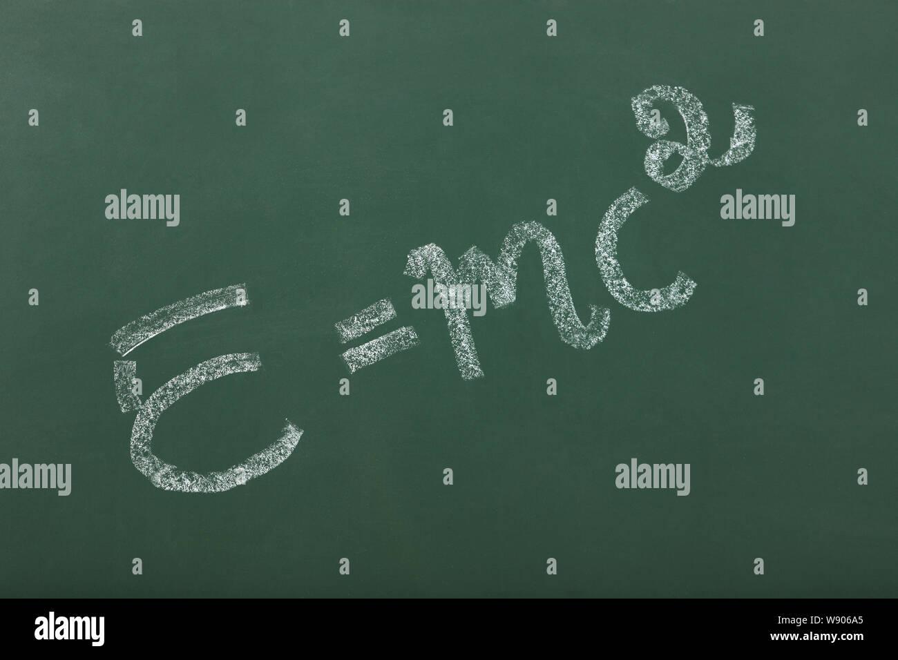 Masse-Energie-Gleichung auf Tafel im Klassenzimmer Stockfoto