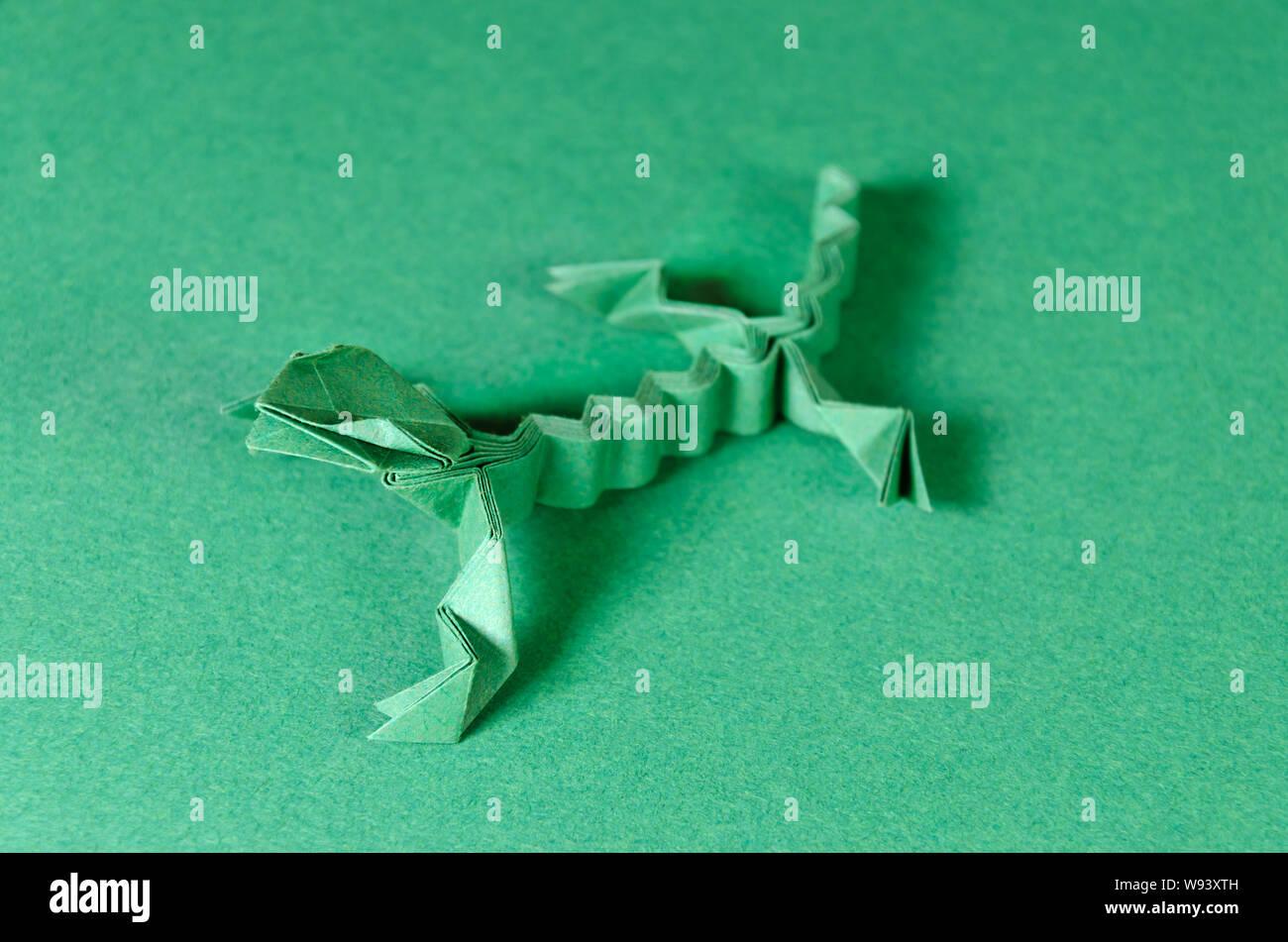 Origami Eidechse Grun Auf Grunem Hintergrund Japanische Kunst Des Papierfaltens Flache Quadratische Blatt Papier In Eine Fertige Skulptur Ubertragen Stockfotografie Alamy