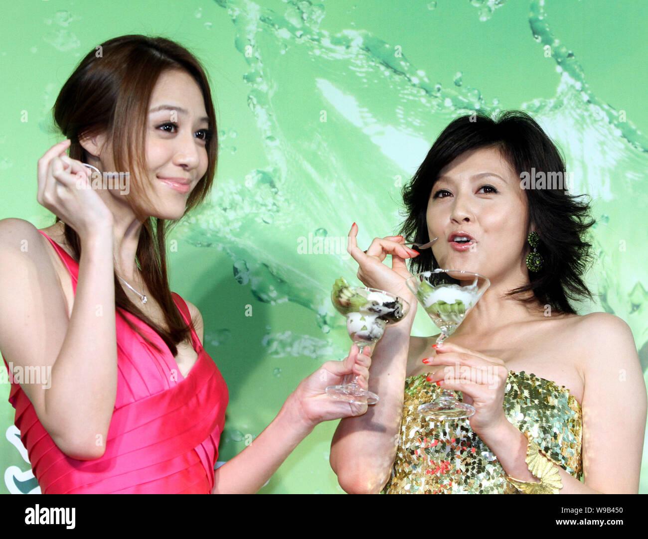 Die japanische Schauspielerin Norika Fujiwara, rechts, und taiwanesischen Model und Schauspielerin Bianca Bai genießen Sie Kiwis während einer kommerziellen Kampagne zu neuen Eifer fördern Stockfoto