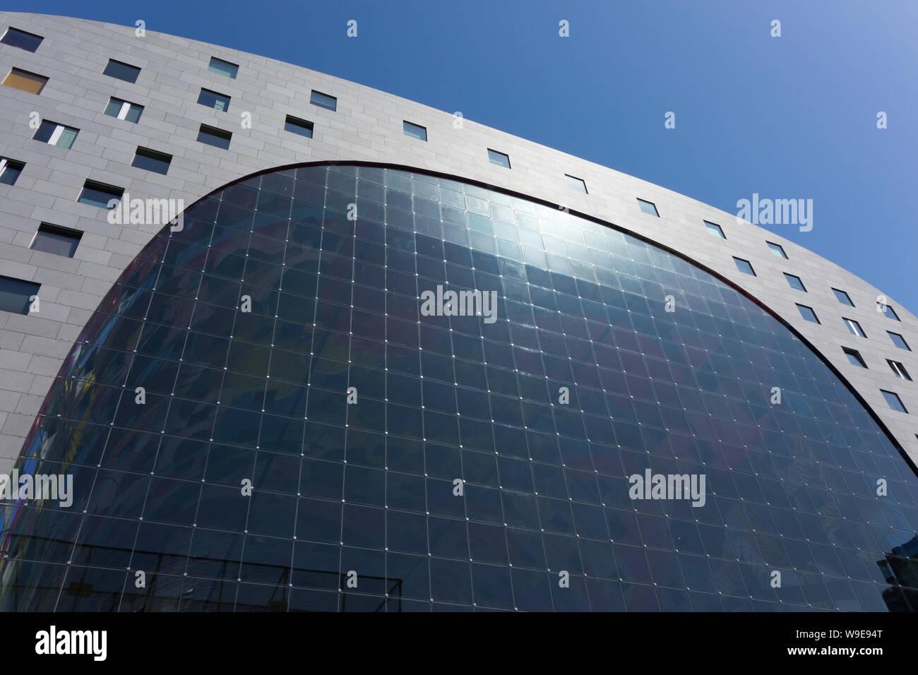 Rotterdam, Holland - Juli 30, 2019: Fassade des Markthal gebäude mit Glasfenstern Stockfoto