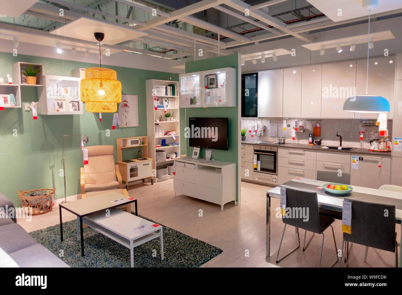 Innenansicht Mit Kuche Und Esszimmer Im Ikea Einrichtungshaus In Vilnius Litauen Stockfotografie Alamy
