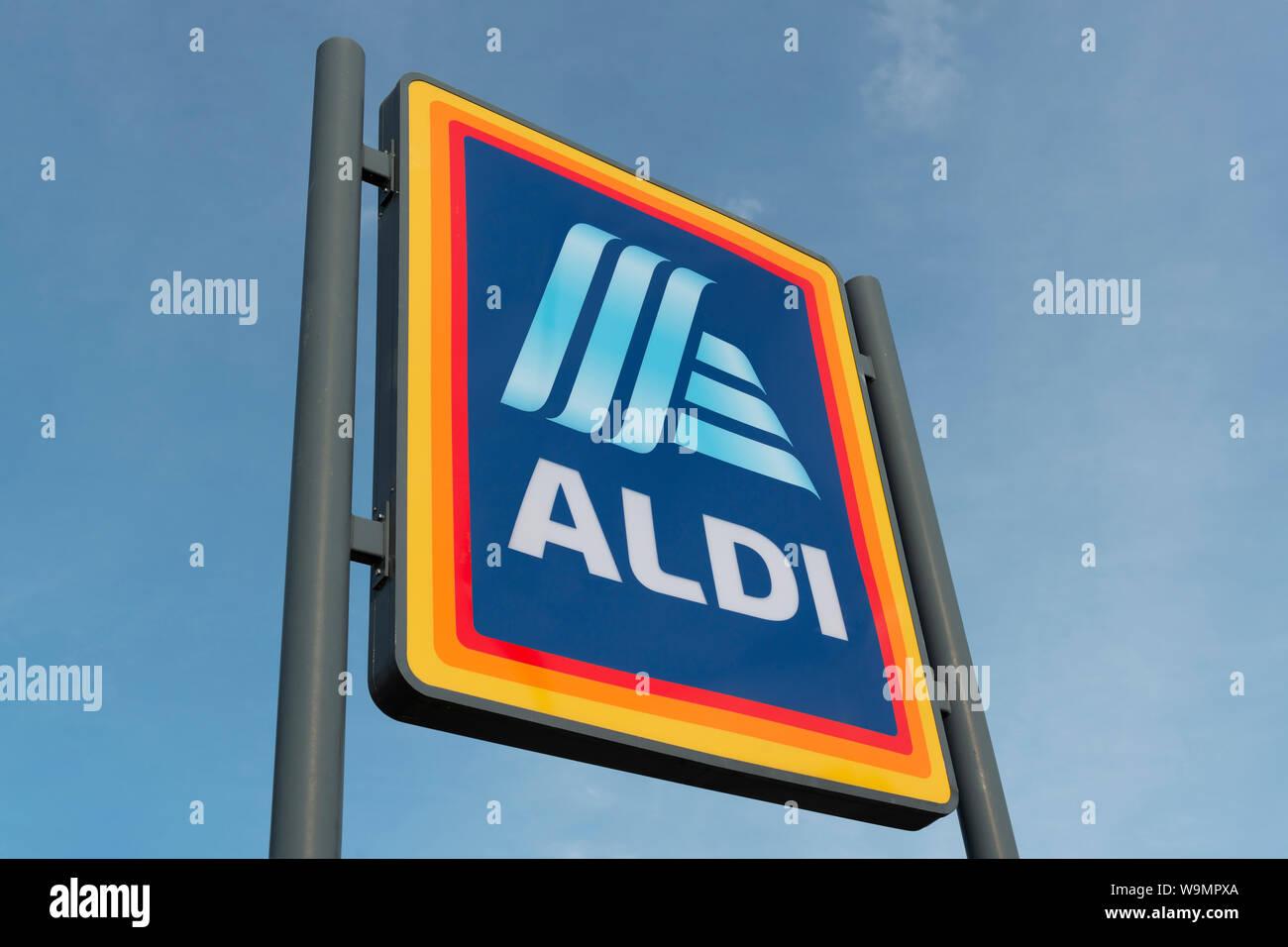 Beschilderungen für den Supermarkt Aldi auf eine Retail Park im Baguley Manchester. (Nur redaktionelle Nutzung). Stockfoto