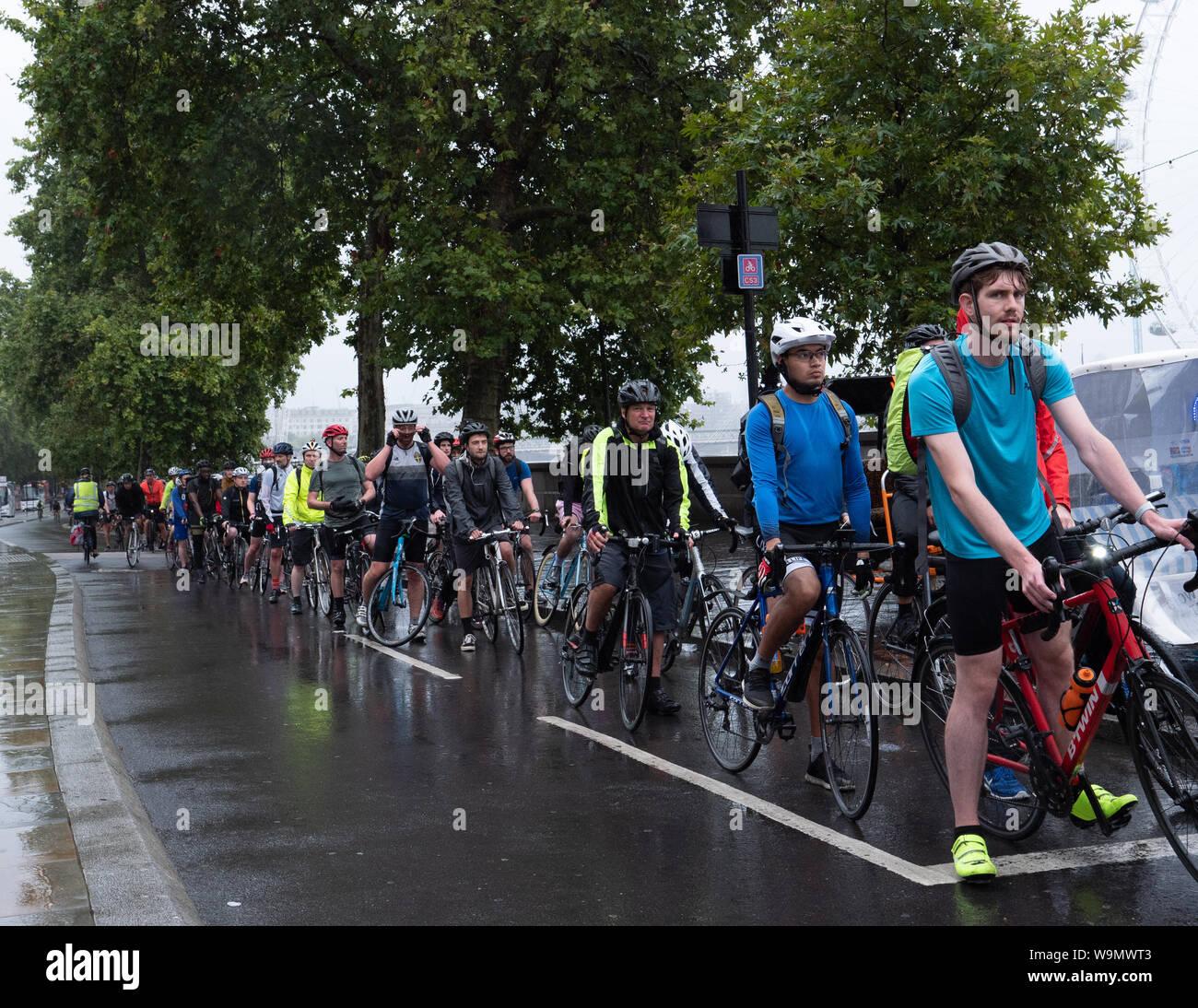 London, Großbritannien. 14. August 2019. Radfahrer Pendler sind durch den Regen wie auf dieser Radfahren Lane in der Nähe von Westminster Bridge dieser frühen Abend abschrecken. Credit: Joe Kuis/Alamy Nachrichten Stockfoto
