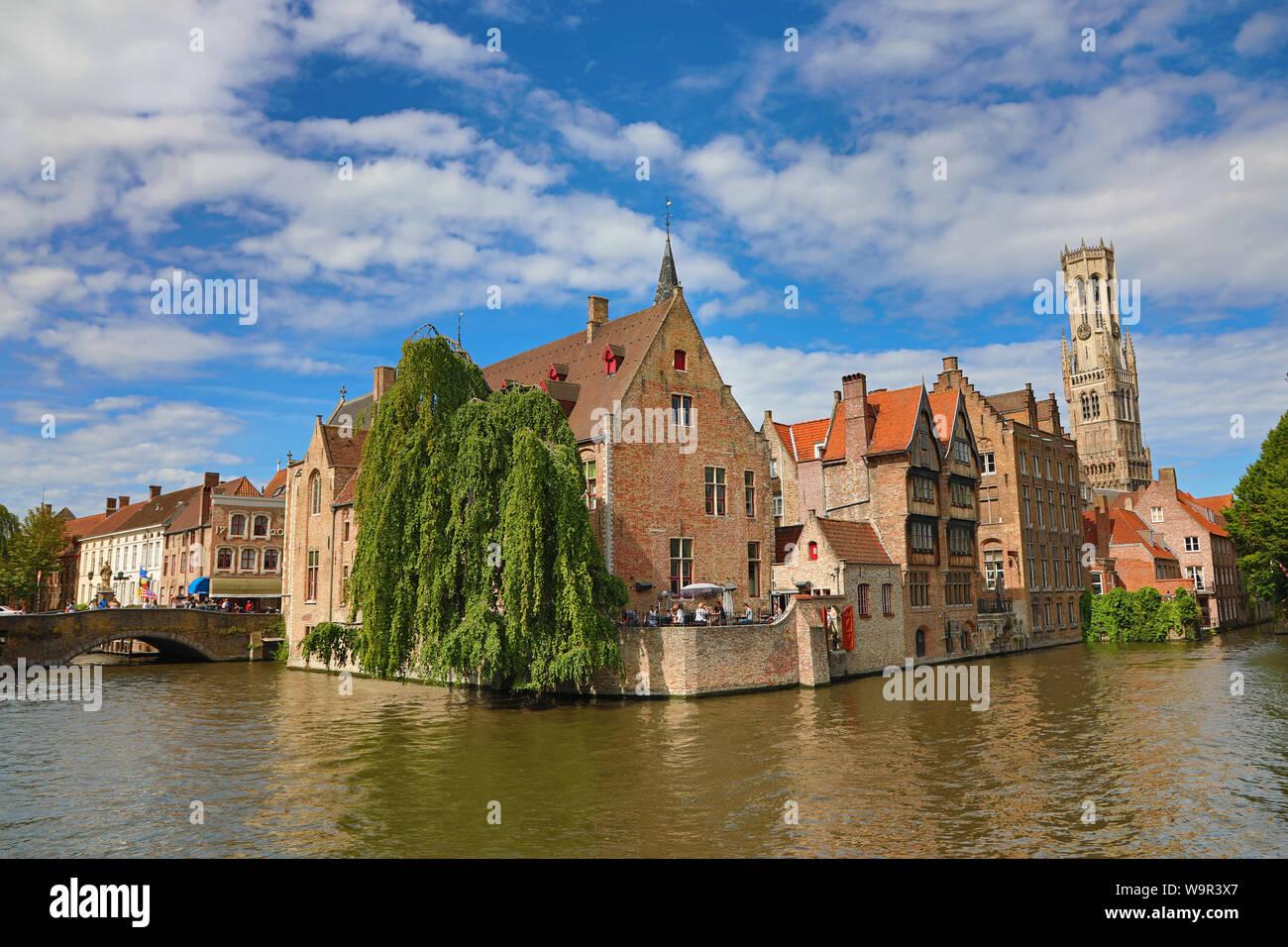Kai Rosenkranz oder rozenhoedkaai und der Glockenturm, Brügge, Belgien Stockfoto