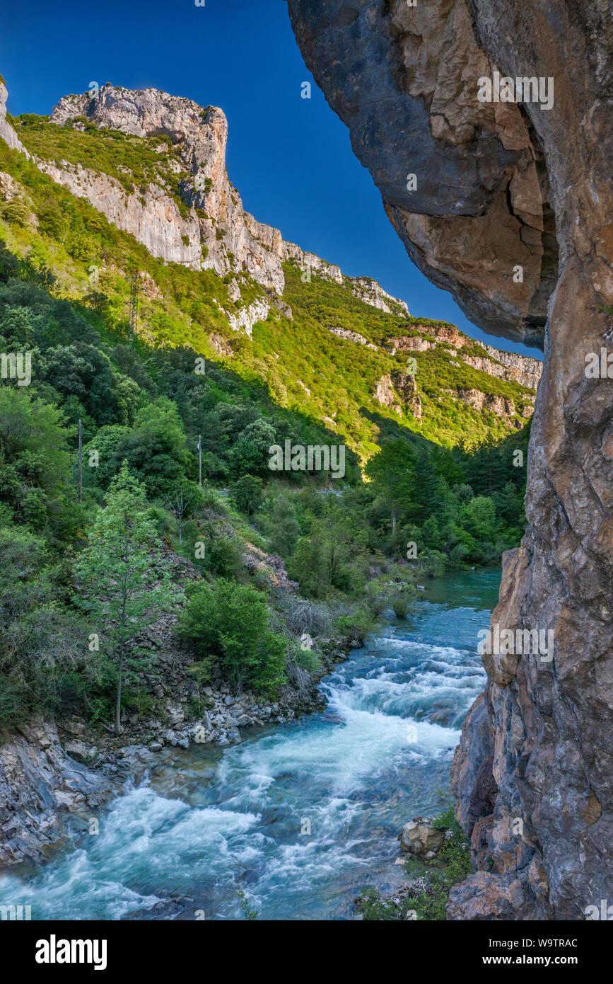 Karst Felsformationen über Rio Esca im Valle del Roncal, in der Nähe von Sigues, Pyrenäen, Provinz Zaragoza, Aragon, Spanien Stockfoto