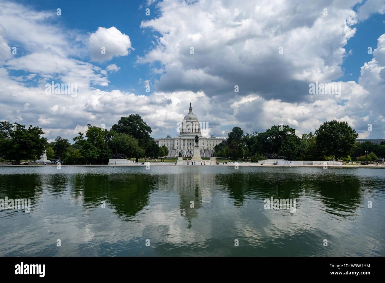 Weitwinkelaufnahme der United States Capitol in Washington DC auf einer leicht bewölkt Sommer Tag, auf der reflektierenden Pool Stockfoto