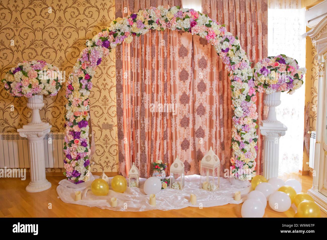 Hochzeit Arch Im Innenbereich Festliche Dekorationen Mit Bunte Blumen Und Ballons Auf Rosa Hintergrund Arch Dekor Hochzeit Arch Dekoriert Mit Rosa Blume Stockfotografie Alamy