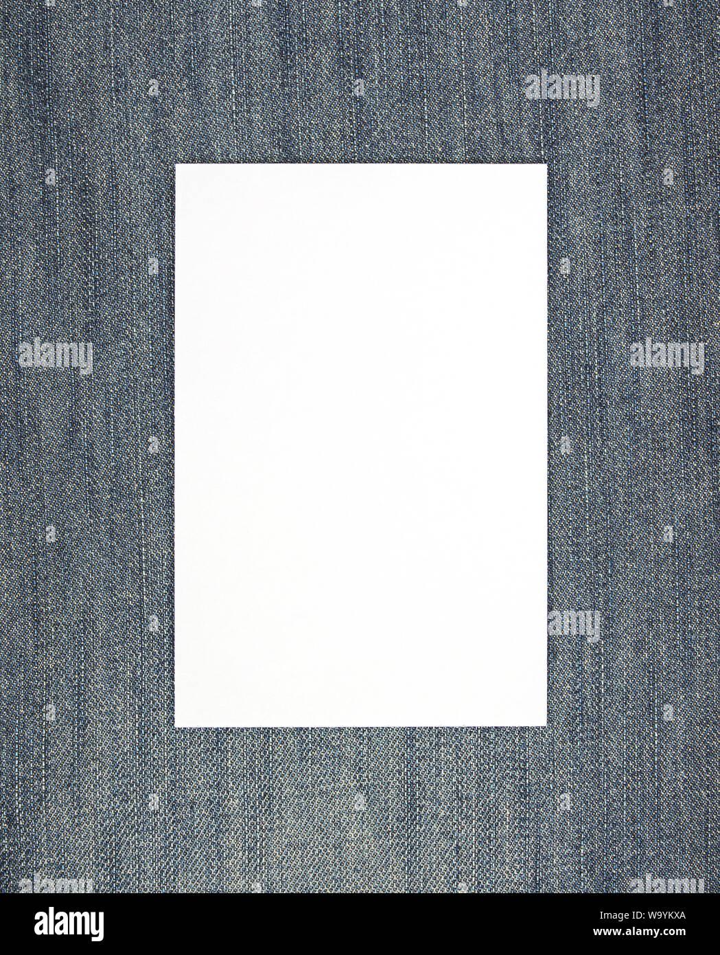 Leere weiße Karte auf Jeans Hintergrund Vorlage Stockfoto