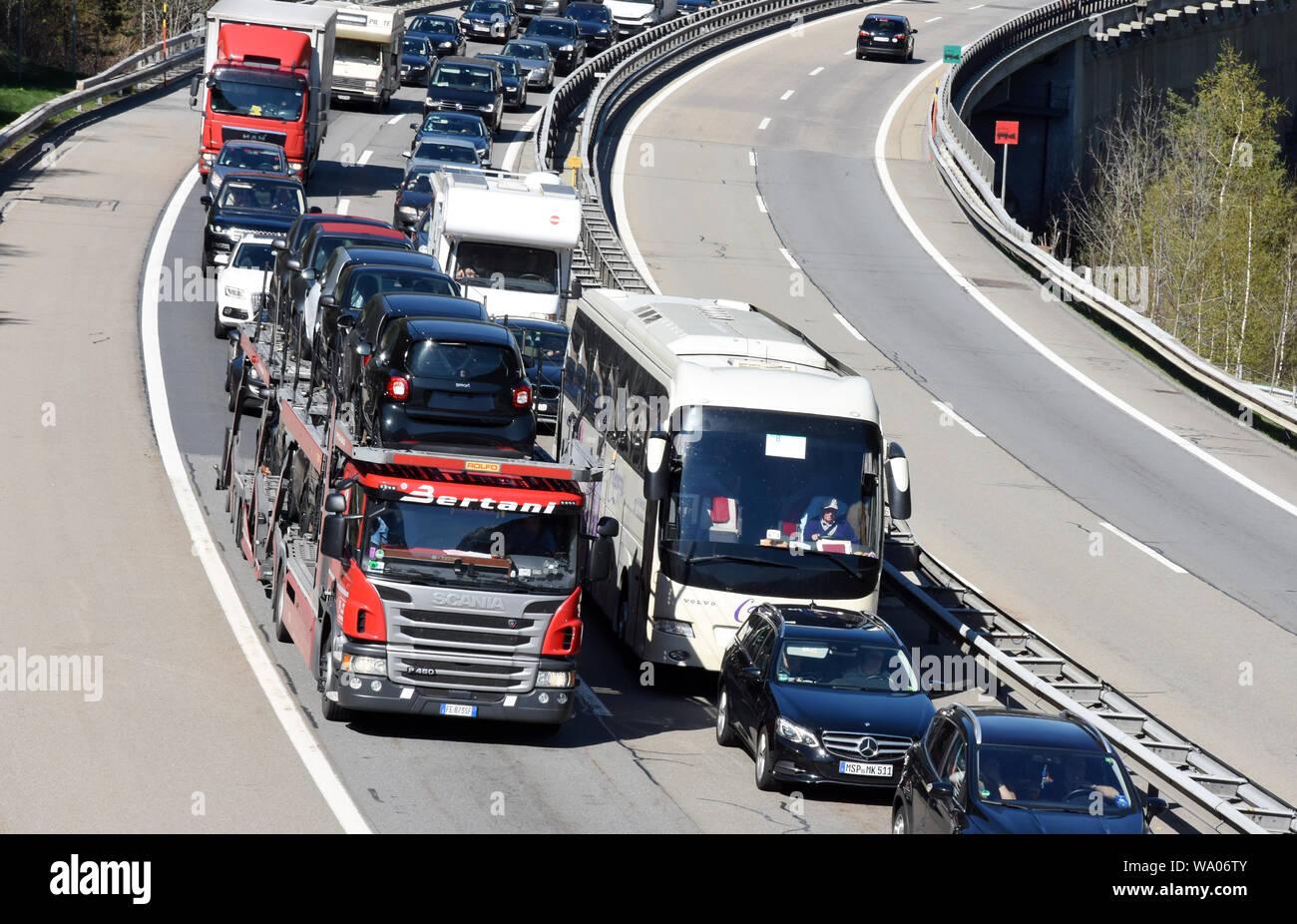 Wassen, Kanton Uri Schweiz, Stau auf der Gotthard-Autobahn, Autotransporter mit Gebrauchtautos, Verkehr, Strassenverkehr, Ocassionen, Automobile, Autohande Stockfoto