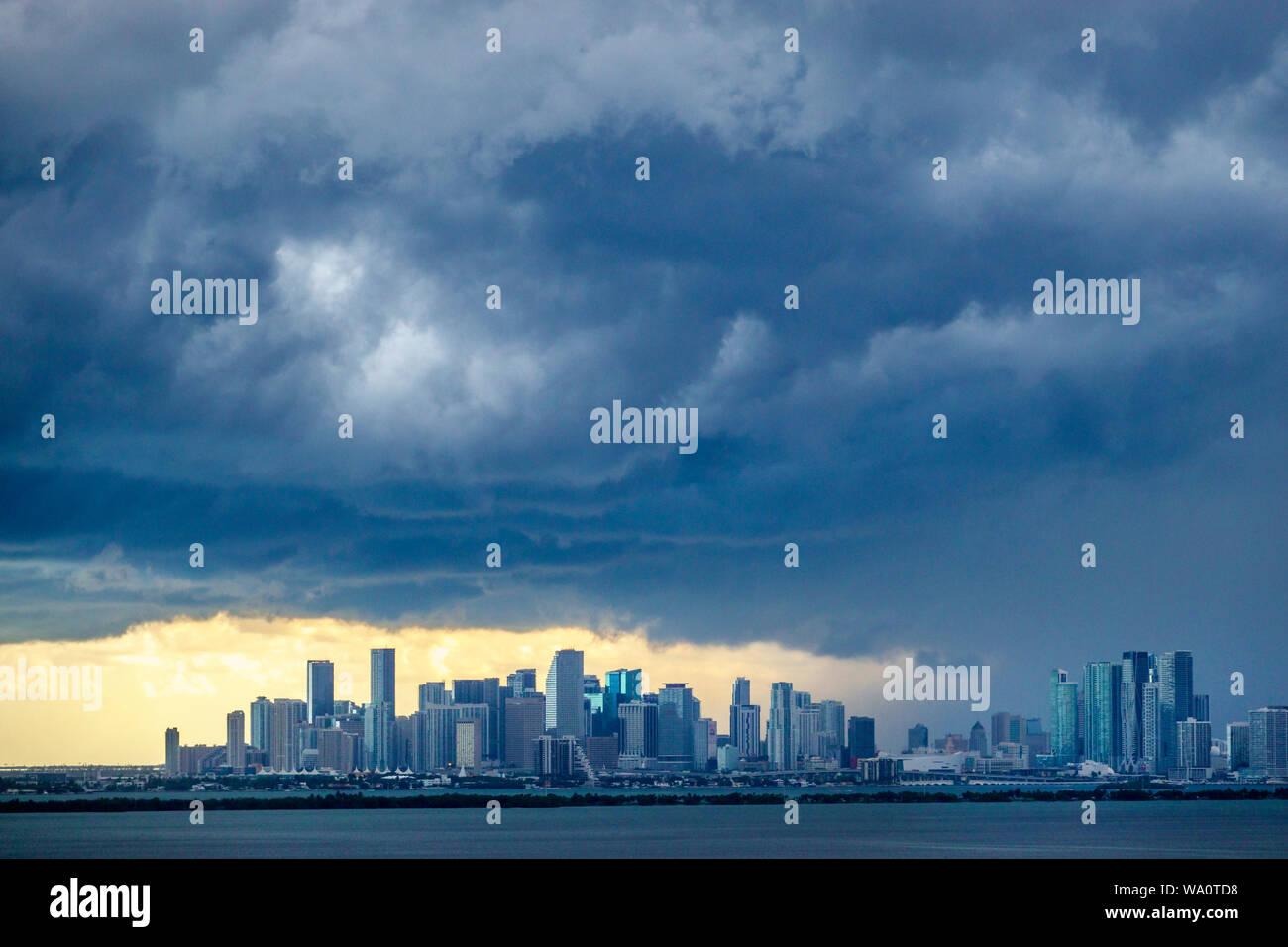 Miami Beach, Florida dunkle Wolken Wetter sky storm Wolken Regen Skyline der Stadt Biscayne Bay. Stockfoto