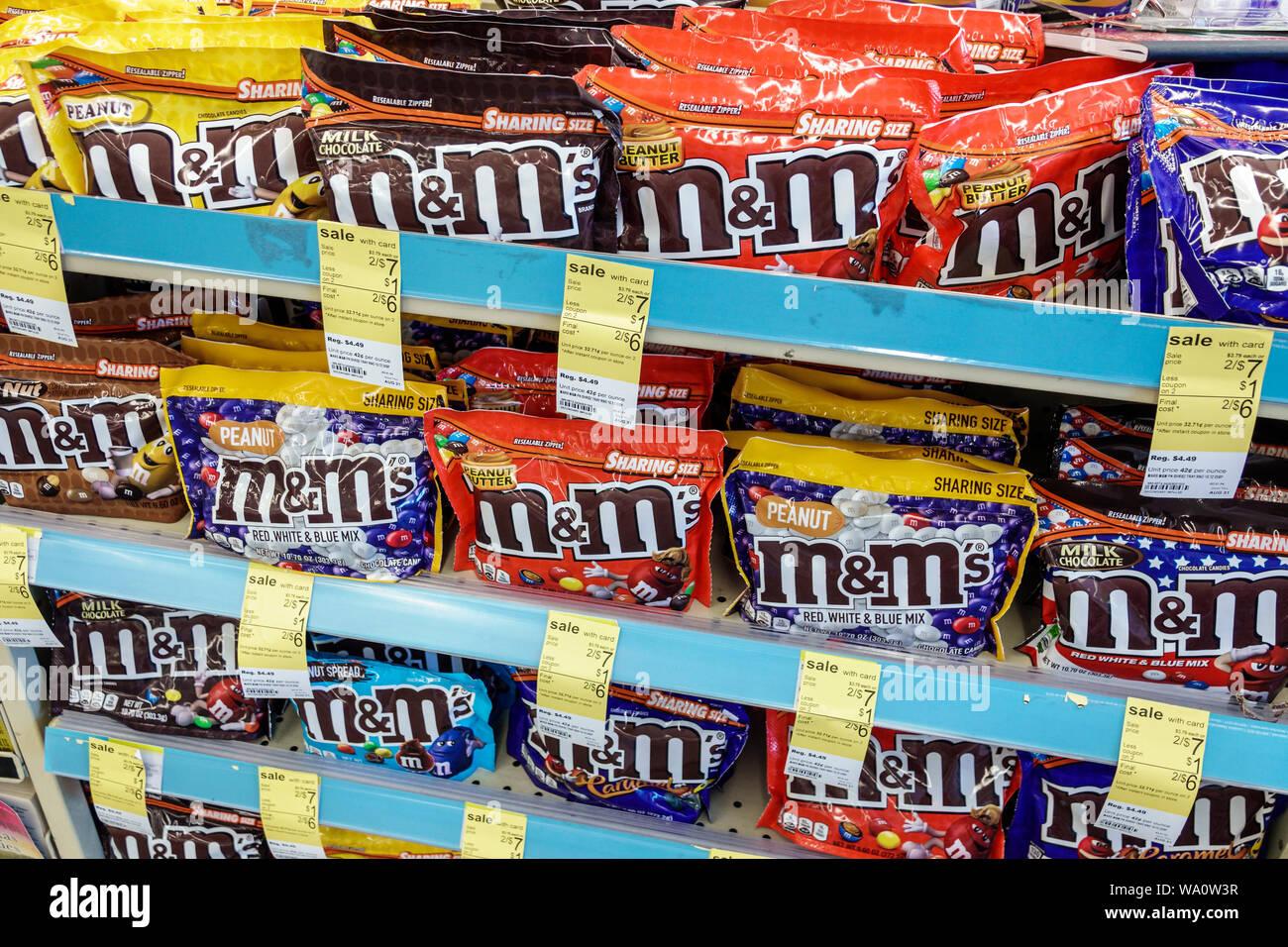 Miami Beach, Florida North Beach CVS Apotheke in Süßigkeiten Taschen Optionen Kasse Anzeige Verkauf m&m's Art Stockfoto