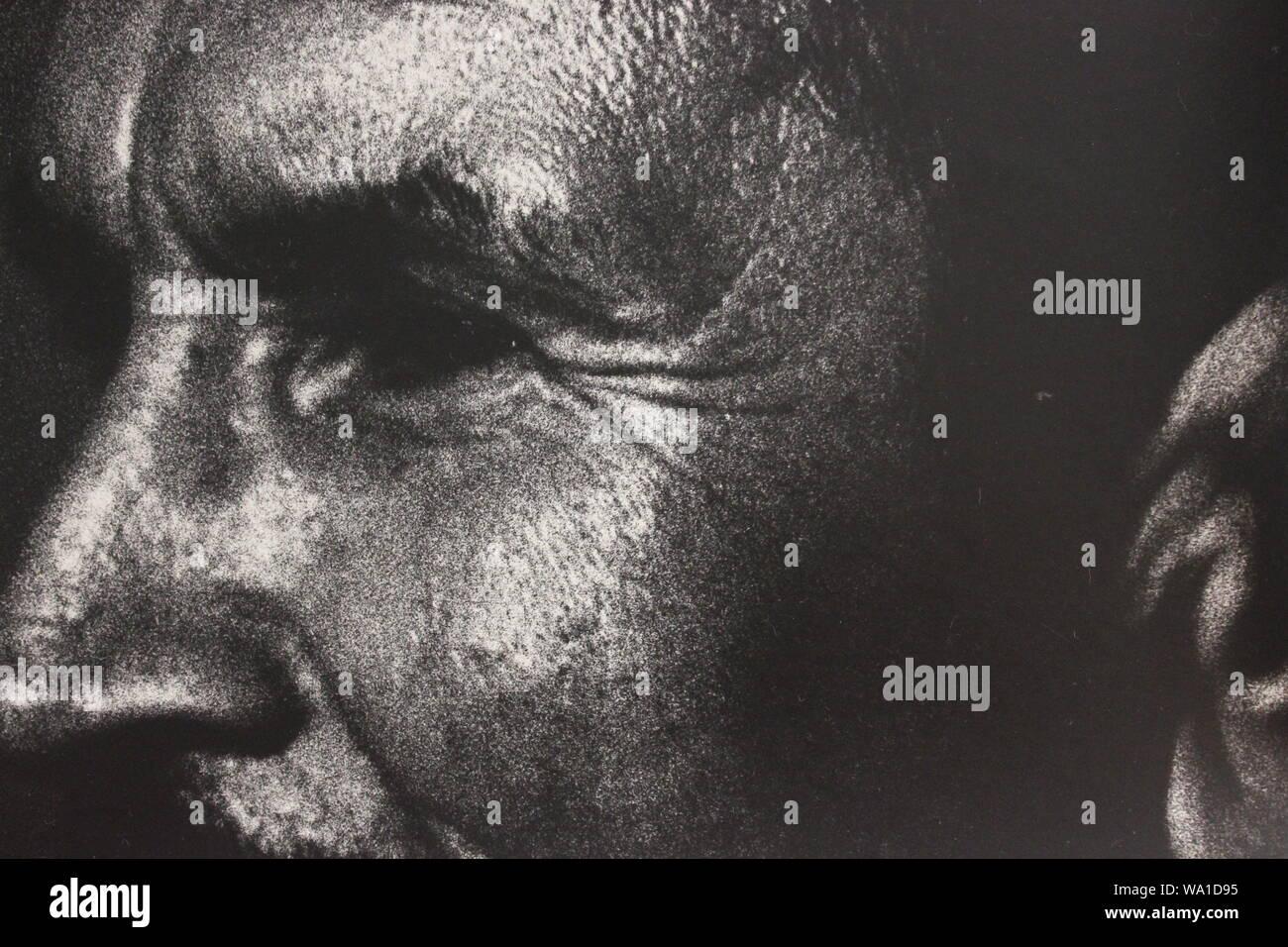 Feine schwarze und weiße Kunst Fotografie von den 1970er Jahren von einem Mann verdächtigen von dem, was er sieht. Stockfoto