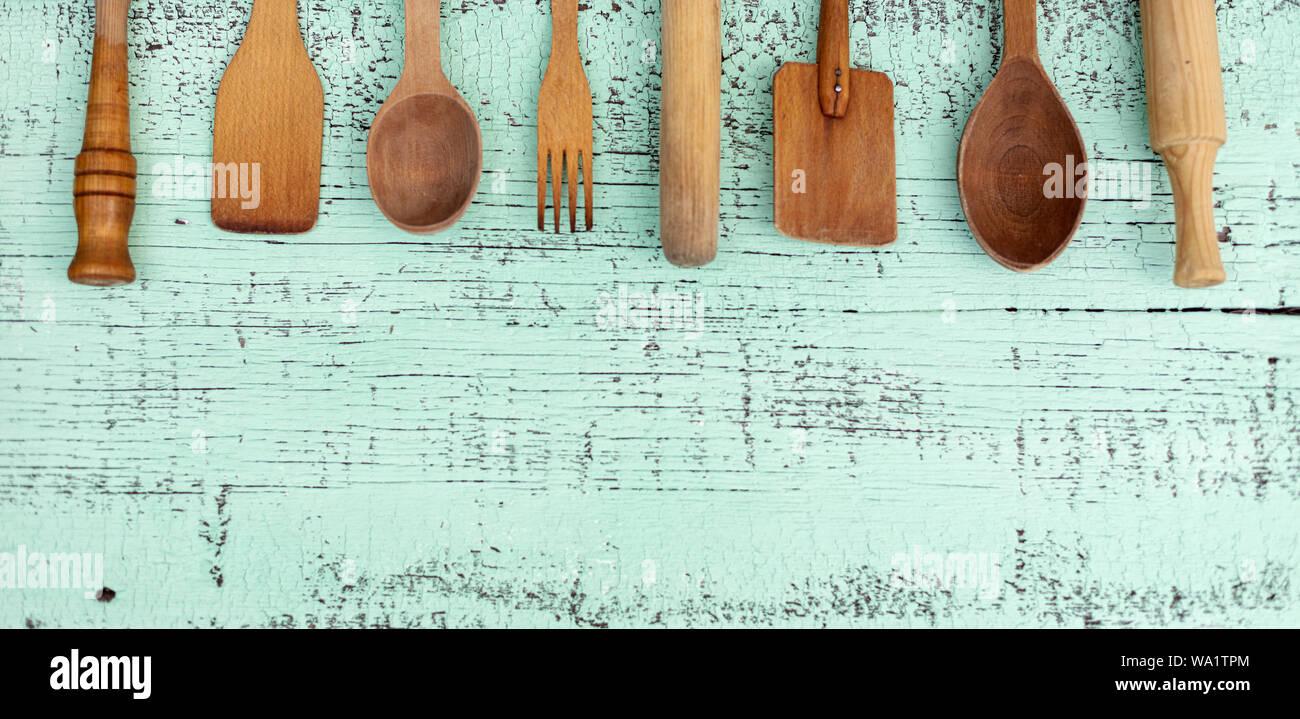 Jahrgang Alte Kuchengerate Aus Holz Auf Einem Grunen Hintergrund Selektive Konzentrieren Stockfotografie Alamy