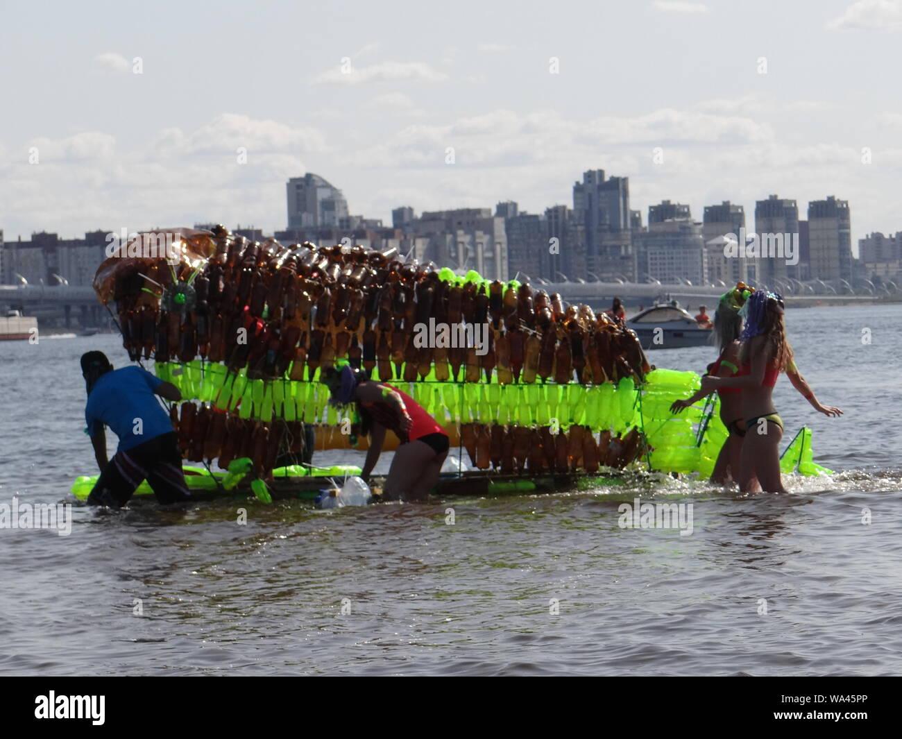 Viele lustige Konstruktionen fand in der jährlichen Self-made Boote Rennen in St. Petersburg, Russland Stockfoto