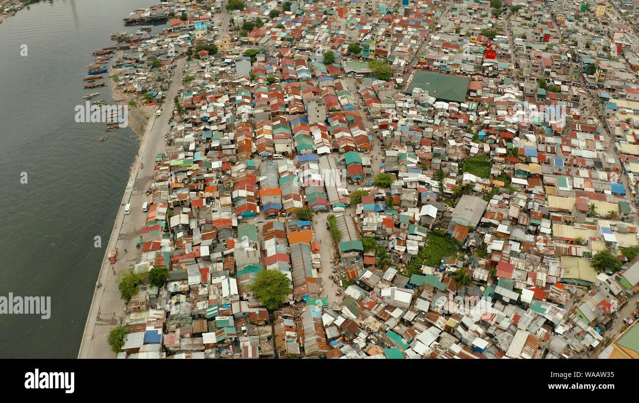 Slum in Manila, Philippinen, Ansicht von oben. viel Müll im Wasser. Stockfoto