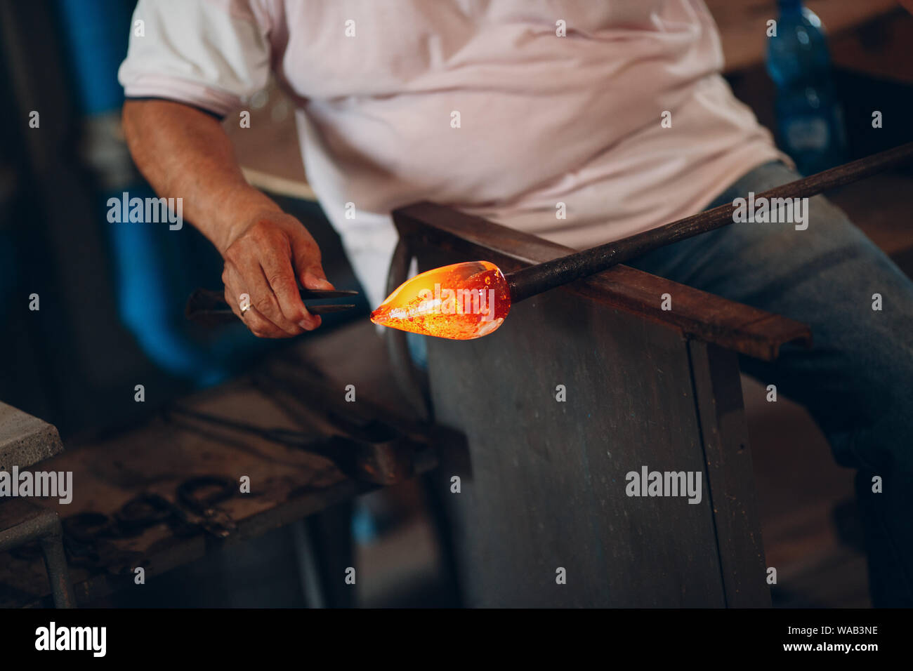 Glasbläser artist Crafter bilden Stück Glas. Murano und Burano, Italien. Stockfoto