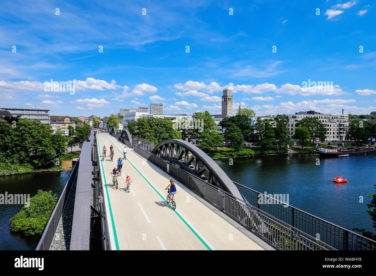 Mülheim an der Ruhr, Ruhrgebiet, Nordrhein-Westfalen, Deutschland - Fahrrad Highway, Ruhr RS1 Express Way, führt in Mülheim auf einer ehemaligen Eisenbahnbrücke. Stockfoto