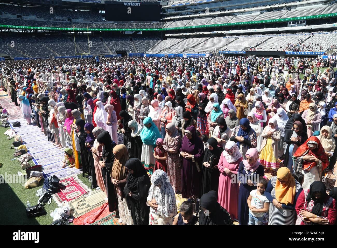 August 11, 2019: Tausende von Muslimen aus rund um den Tri-state-Area an MetLife Stadium Wiesen für das Eid al-Adha, hat keine bestimmte Zeitdauer und Gebet versammelt. Diese islamische Stockfoto