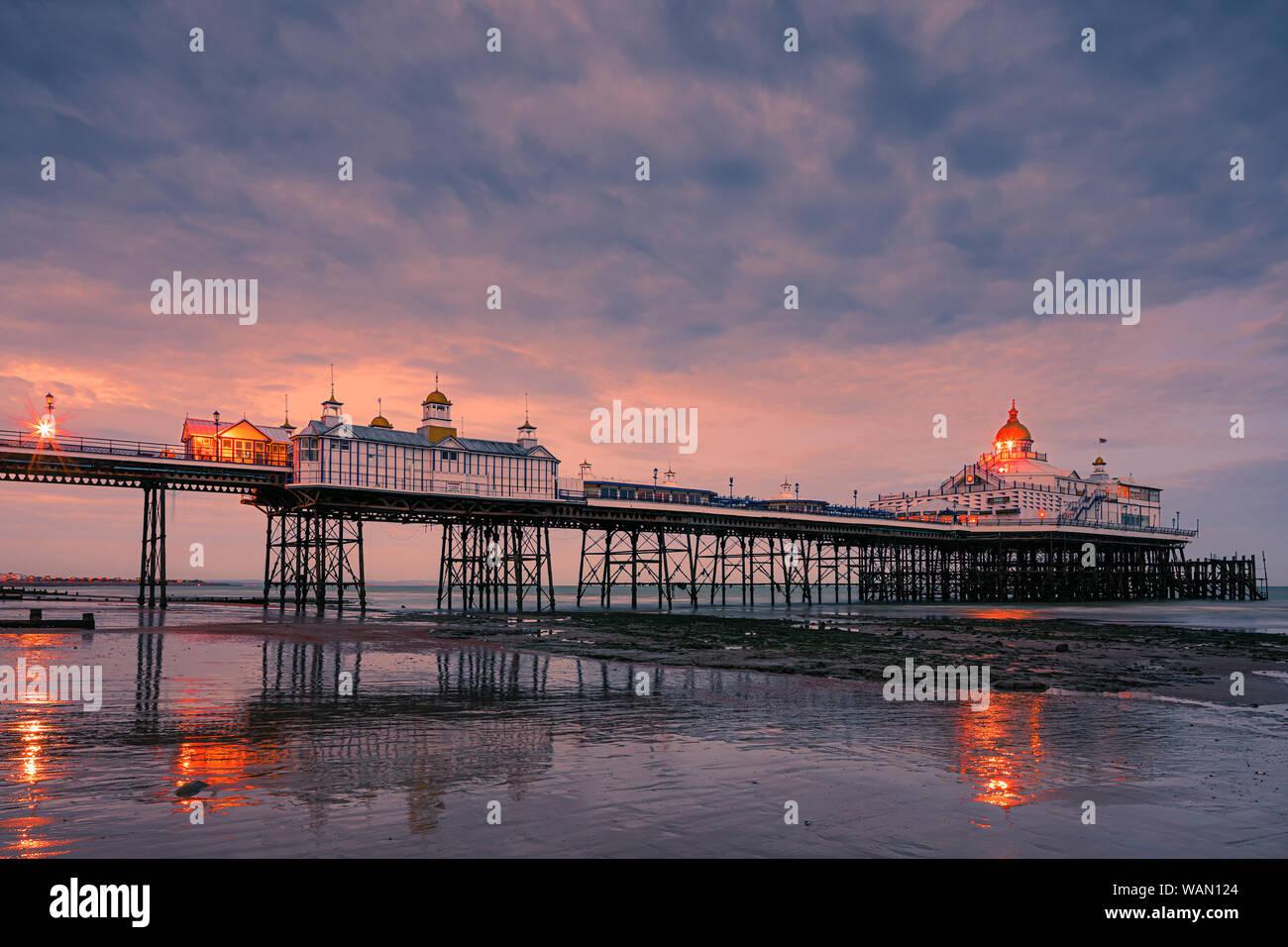 Eastbourne Pier ist ein Badeort, der Pleasure Pier in Eastbourne, East Sussex, an der Südküste von England. Stockfoto