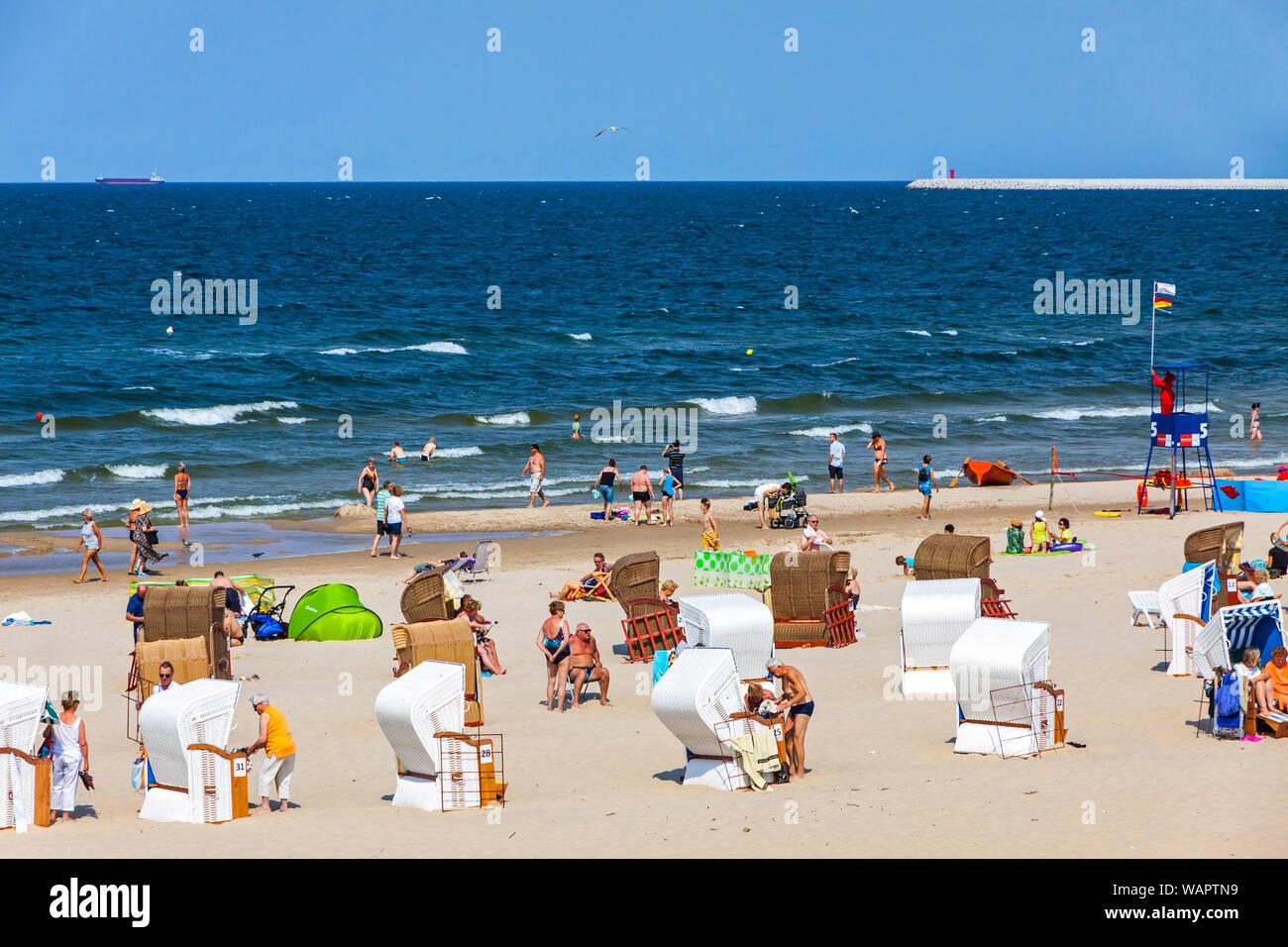 Menschen In Einem Uberfullten Ostsee Strand Auf Der Insel Usedom
