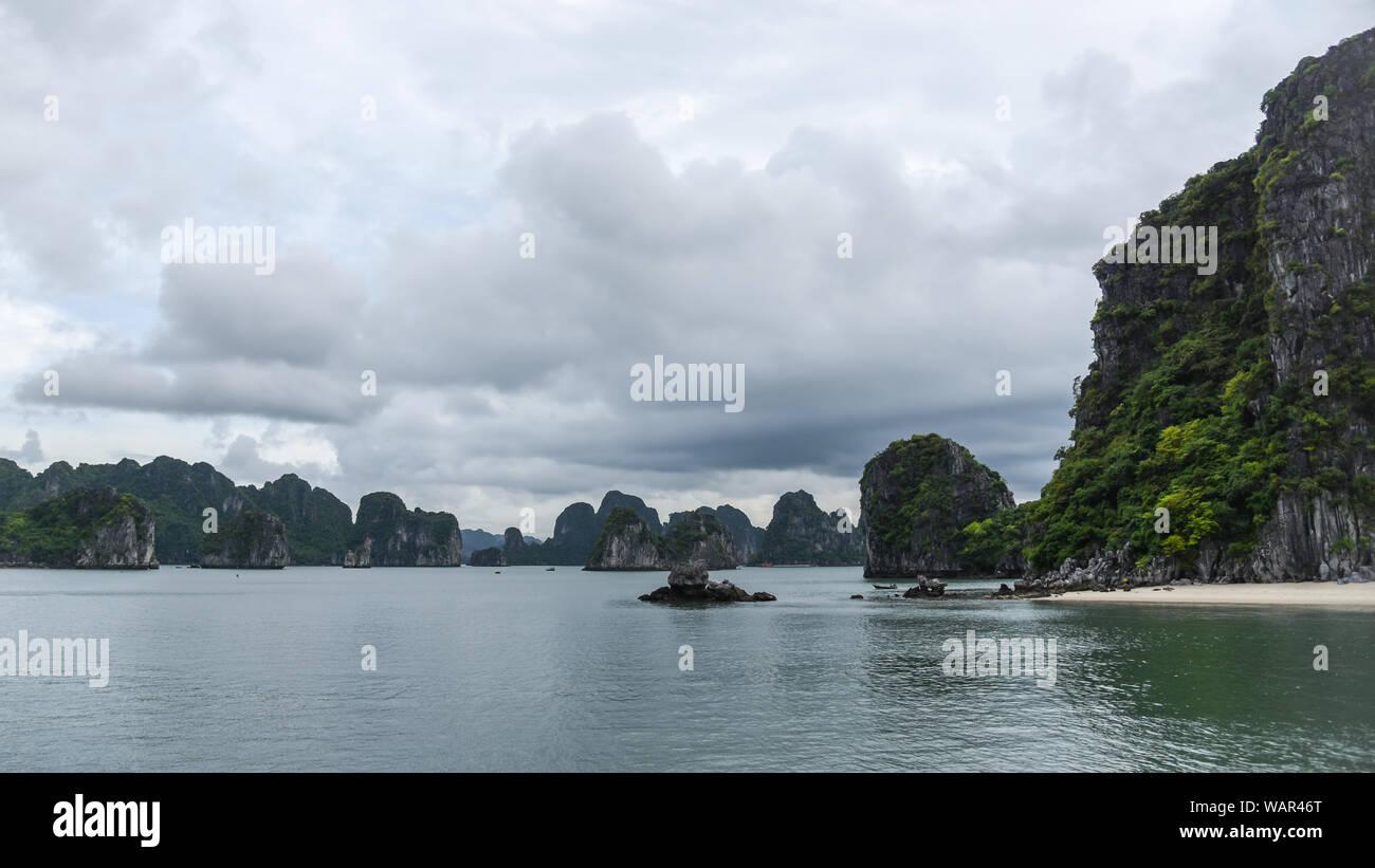 Landschaft mit Blick auf das Meer, die Inseln und Wolken - Ha Long Bay Stockfoto