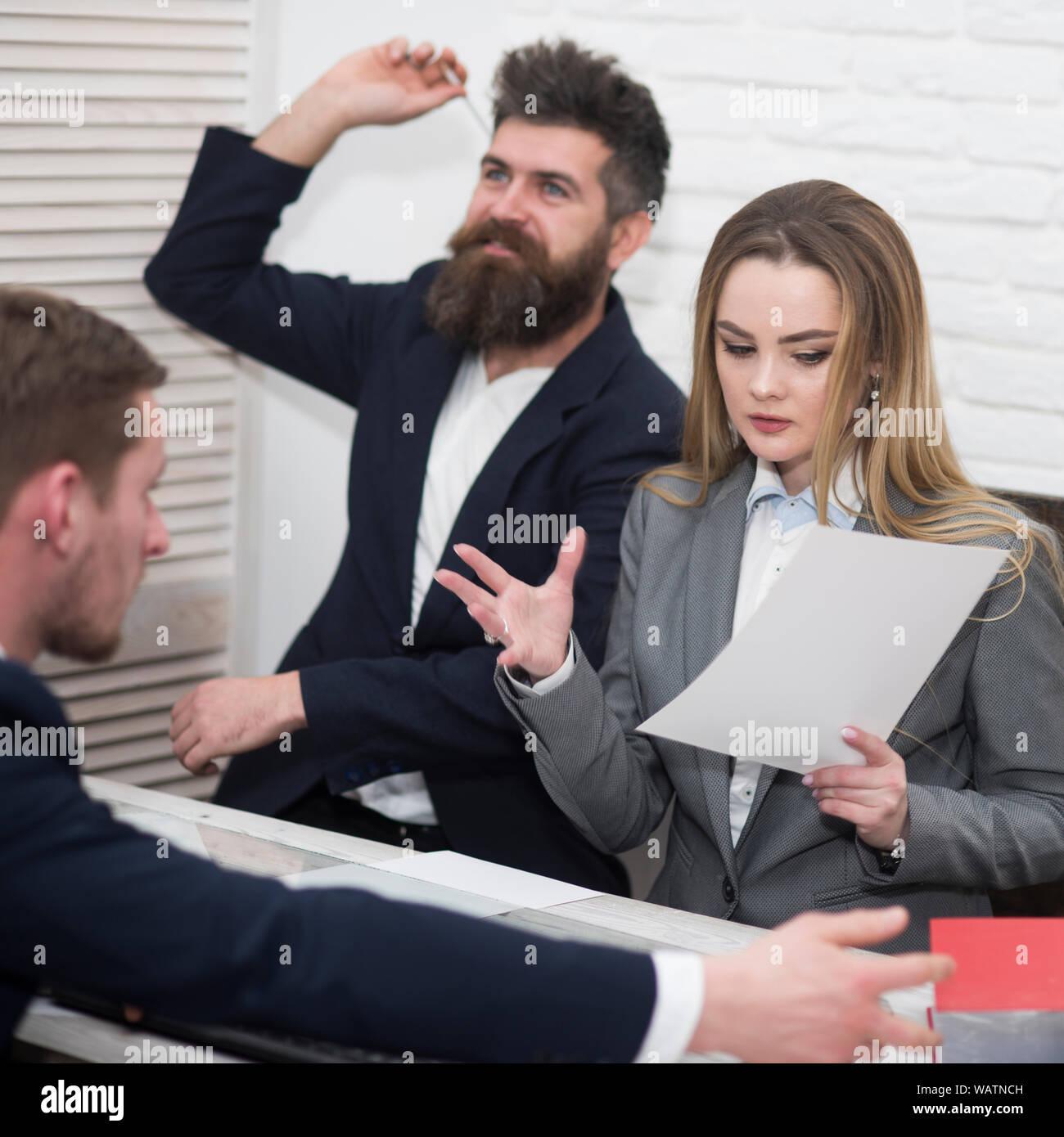 Geschäftsverhandlungen, diskutieren, arbeiten. Büro Atmosphäre Konzept. Lady Manager versucht, arbeiten mit Kollegen im Büro zu organisieren Stockfoto