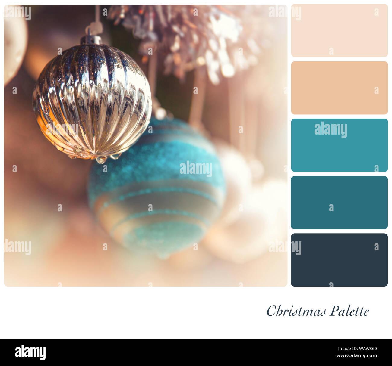 Silber Und Turkis Im Antiken Stil Christbaumkugeln Hangen Von Lametta In Einer Farbpalette Mit Kostenlosen Farbmuster Stockfotografie Alamy