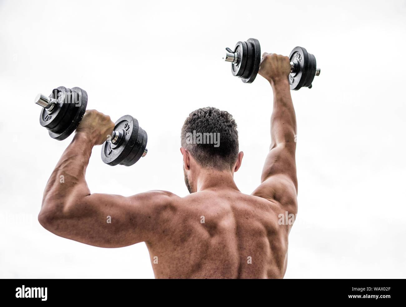 Muskulöse Zurück Man Trainieren In Morgen Mit Barbell