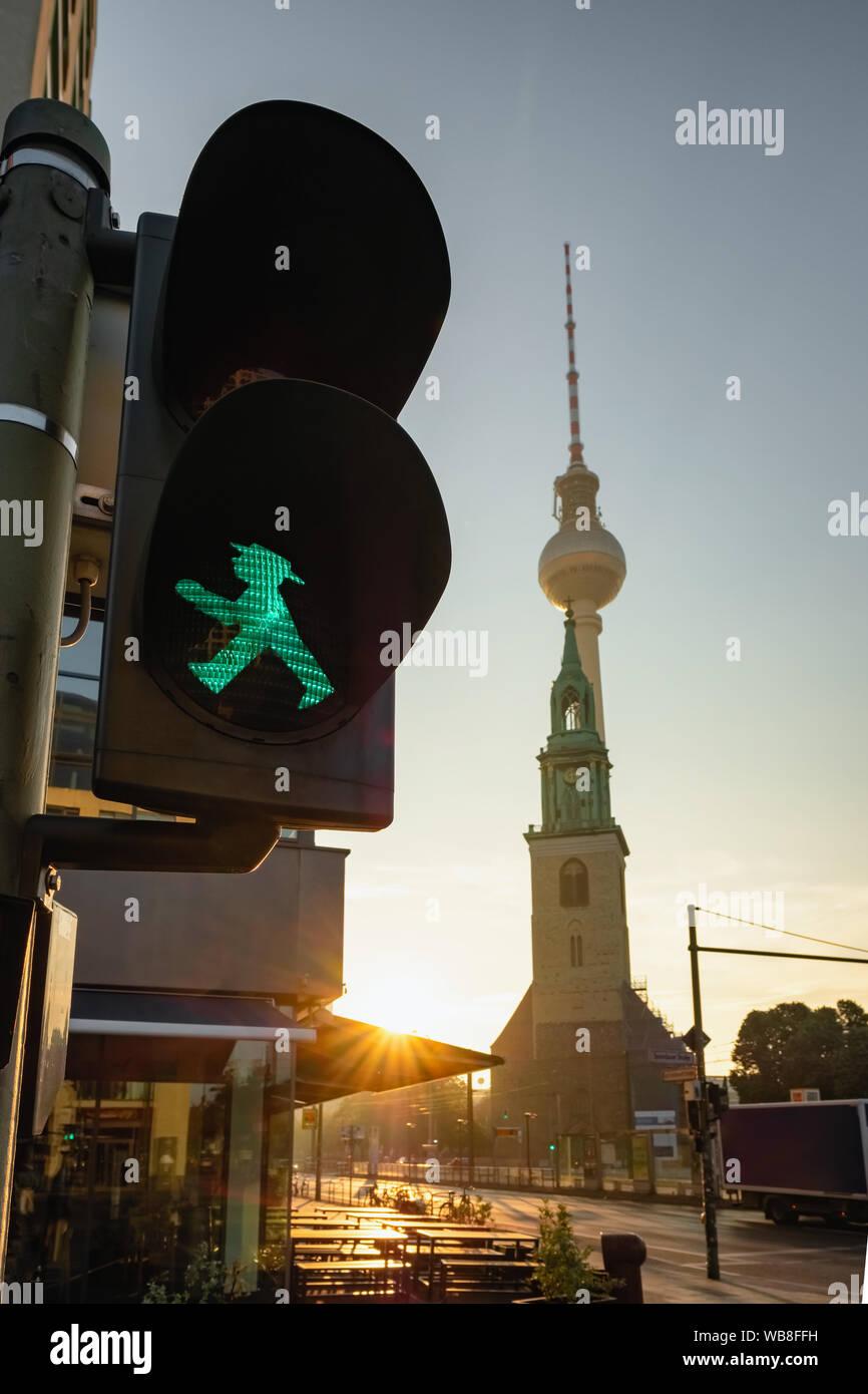 Grüne Ampelmann auf Berlin Ampel mit Fernsehturm Berlin oder Berliner Fernsehturm im Hintergrund Stockfoto