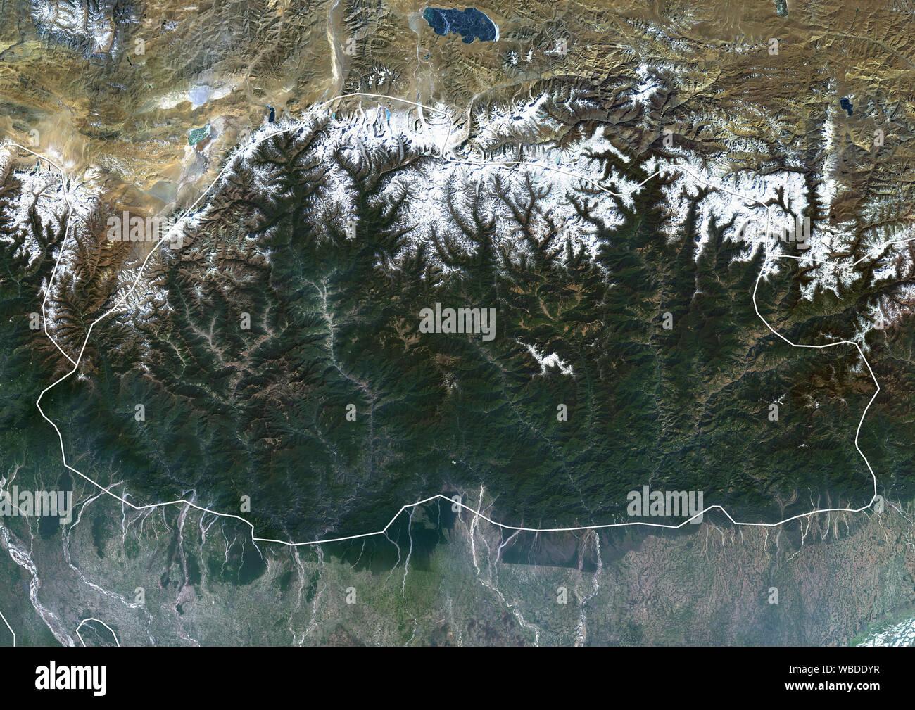 Farbe Satellitenbild von Bhutan (mit administrativen Grenzen) im Östlichen Himalaya. Dieses Bild wurde aus Daten von Sentinel-2 & Landsat 8 Satelliten erfassten zusammengestellt. Stockfoto