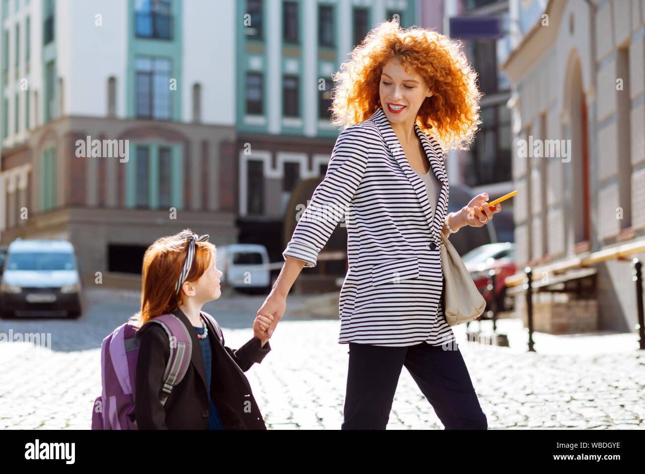 Positiv erfreut, rothaarige Frau an ihr Kind suchen Stockfoto