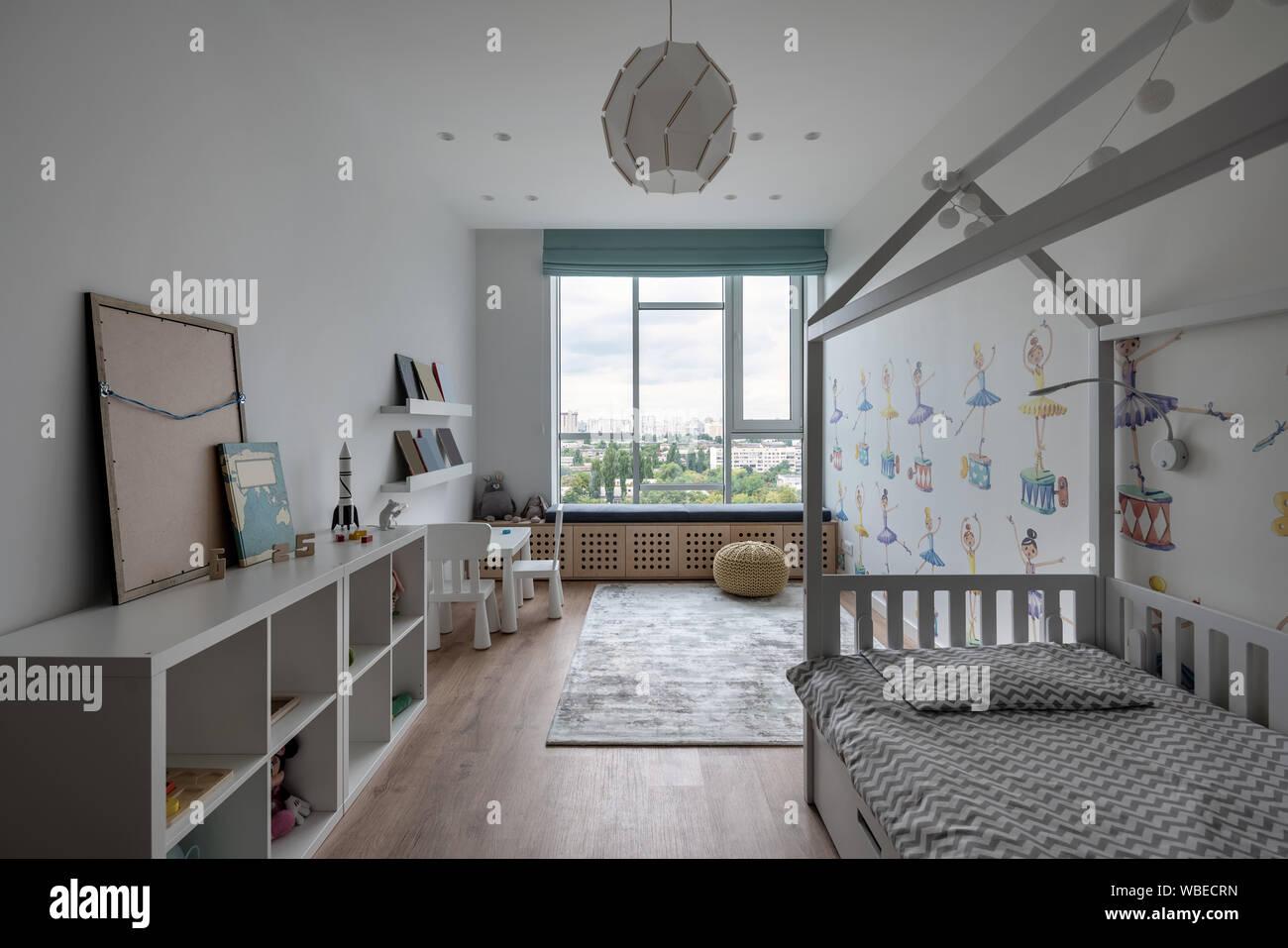 Schone Moderne Zimmer Mit Weissen Wanden Mit Bunten Bildern
