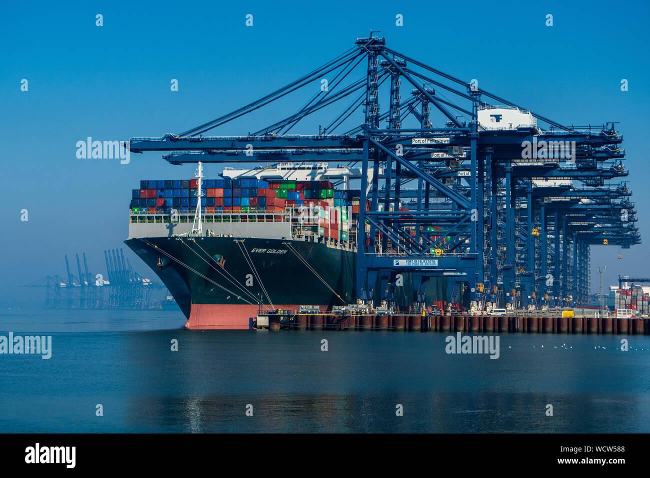 Global Britain - UK Handel im Felixstowe Container Port - das jemals Goldene Containerschiff entlädt Fracht im Hafen von Felixstowe UK Stockfoto