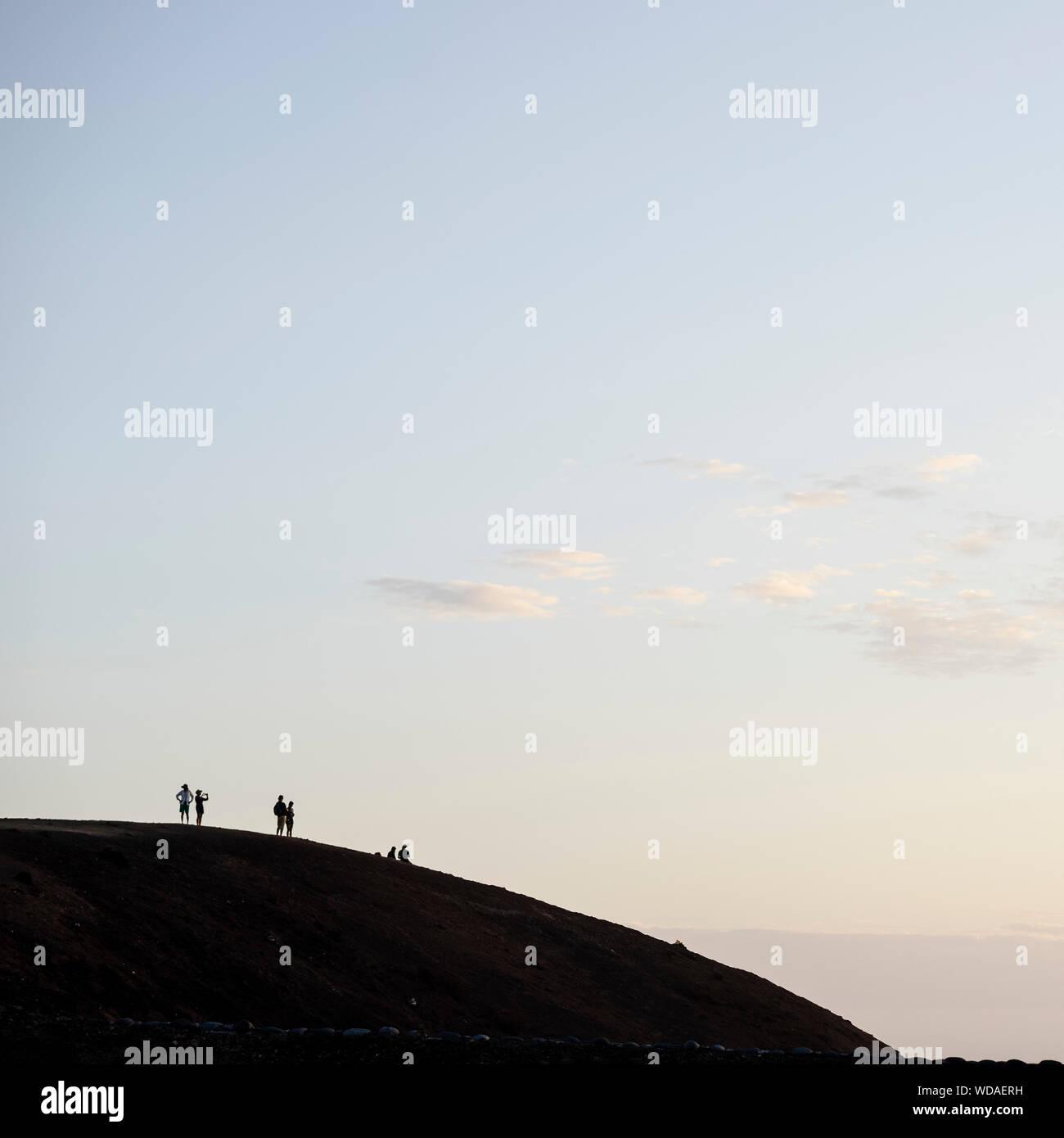Silhouette von Menschen auf einem Hügel Stockfoto