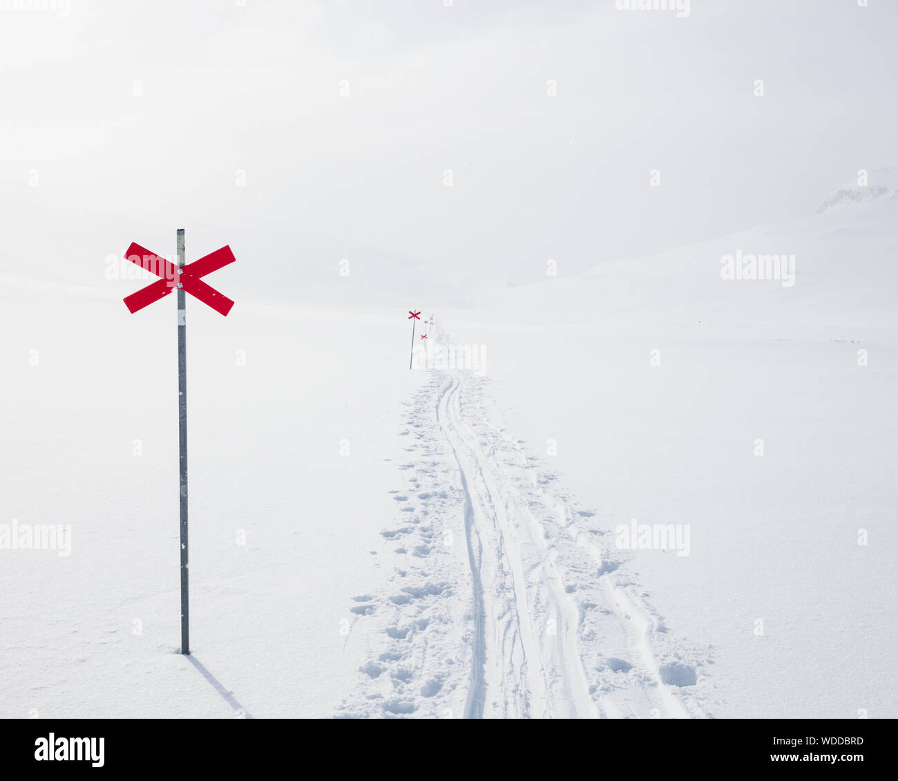 Markierungen im Schnee der Kungsleden in Lappland, Schweden Stockfoto