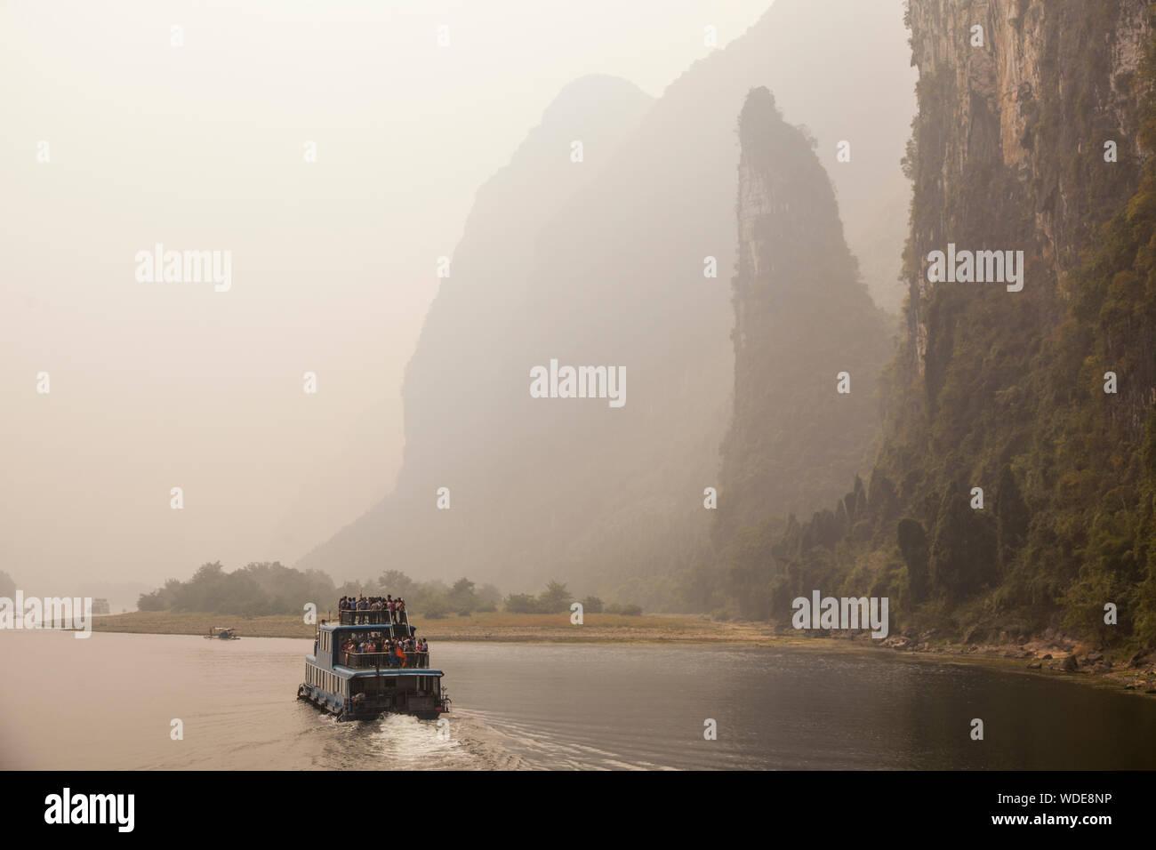 Menschen auf der Fähre in Sichuan, China Reisen Stockfoto
