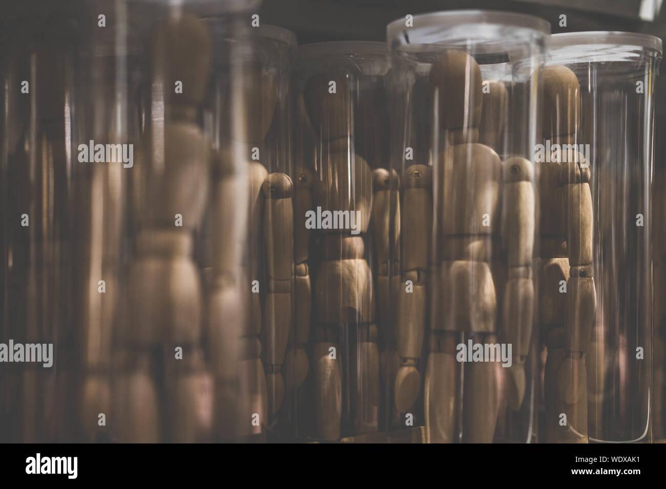 Holzfiguren im Glasbehälter Stockfoto