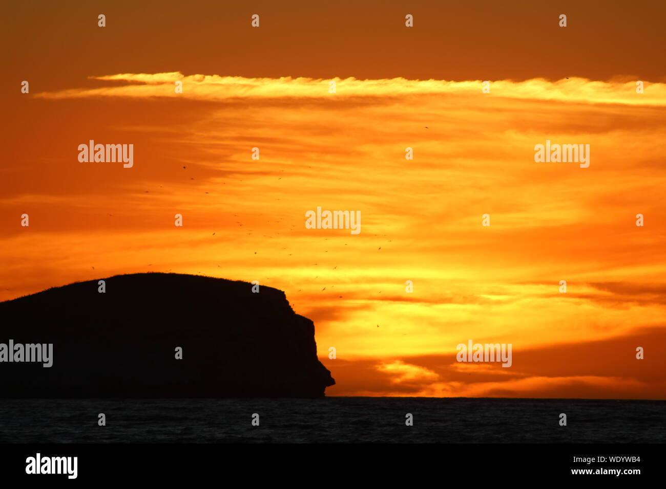 Malerische Aussicht auf Meer gegen Himmel bei Sonnenuntergang Stockfoto