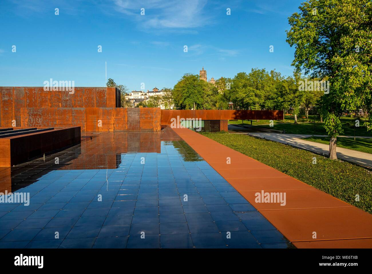Frankreich, Aveyron, Rodez, die soulages Museum, vom katalanischen Architekten RCR mit Passelac & Roques und der Kathedrale Notre Dame im Zusammenhang konzipiert Stockfoto