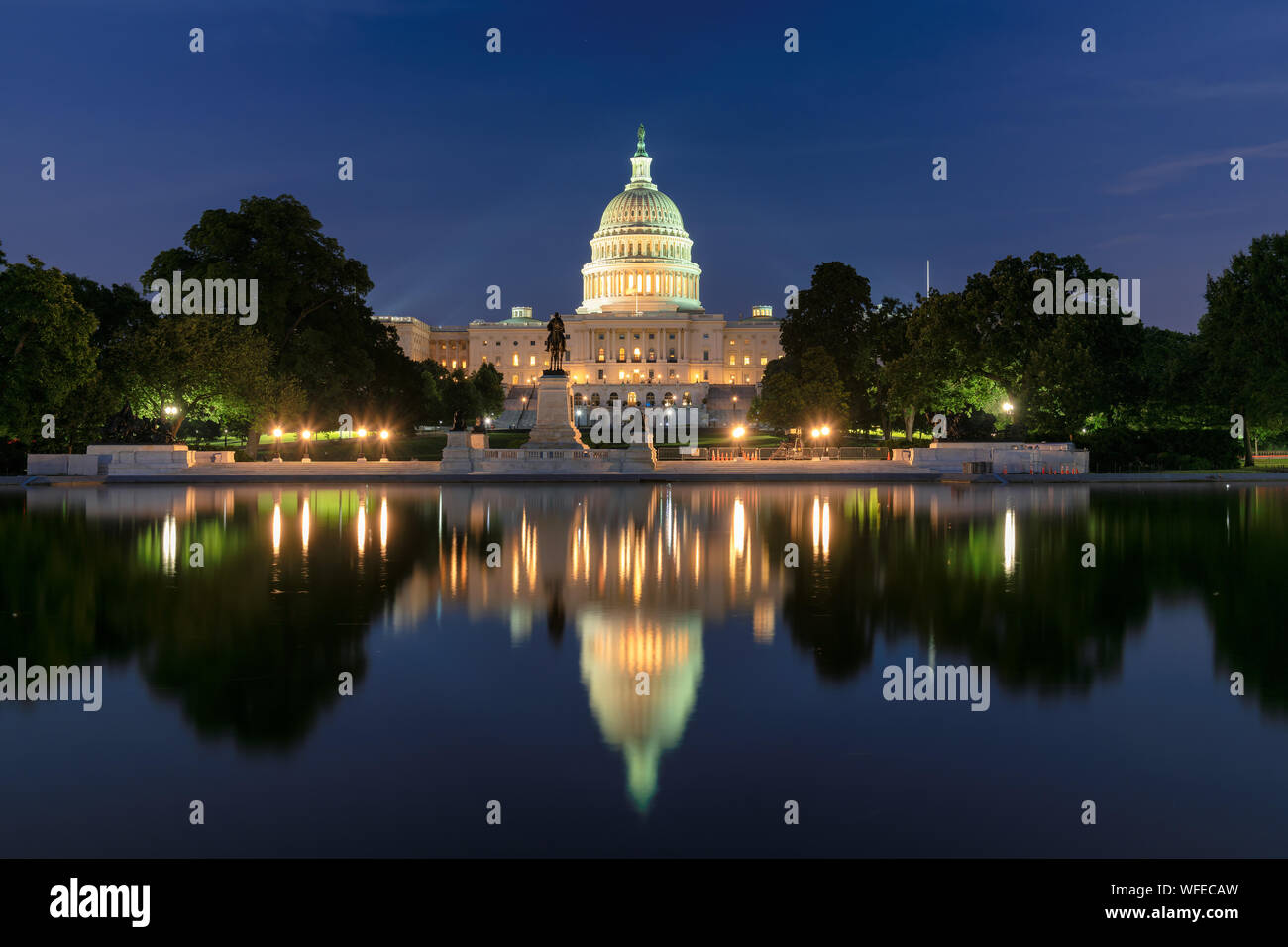 United States Capitol Building bei Nacht Stockfoto