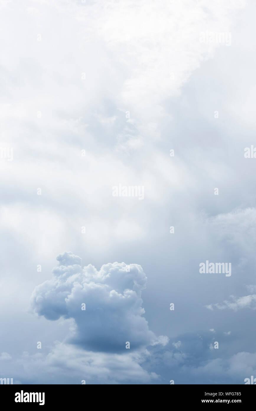 Niedrigen Winkel Blick auf Wolkengebilde Stockfoto