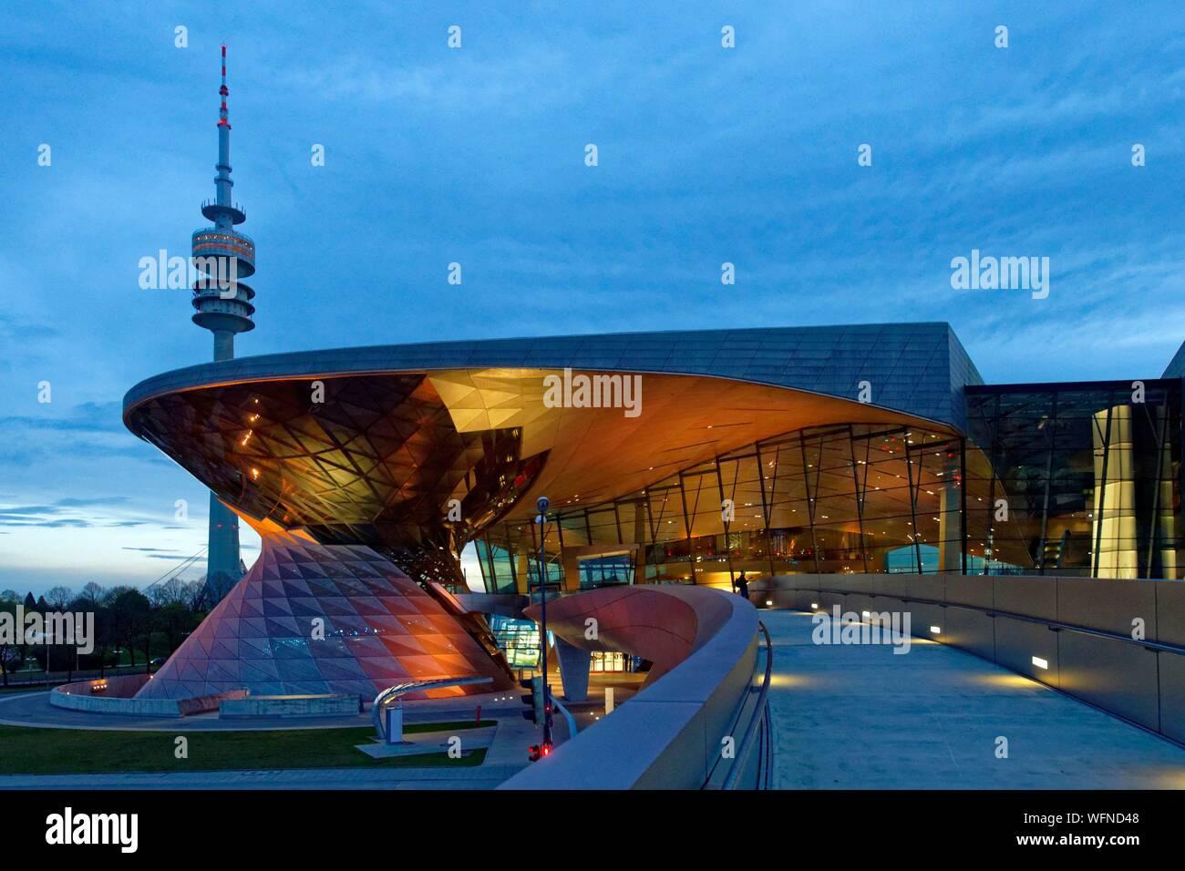 Deutschland, Bayern, München, BMW Welt, Showroom der Marke native von München eröffnet im Jahr 2007 und durch die architekturbüros Coop Himmelb(l)au und die Olympic Tower oder Olympiaturm realisiert Stockfoto