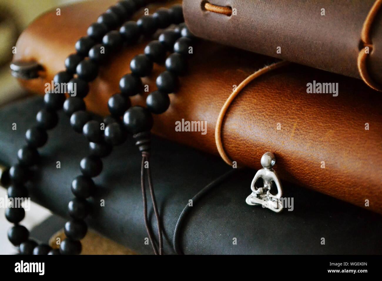 Close-up Perle Halskette und Figur mit Bücher Stockfoto