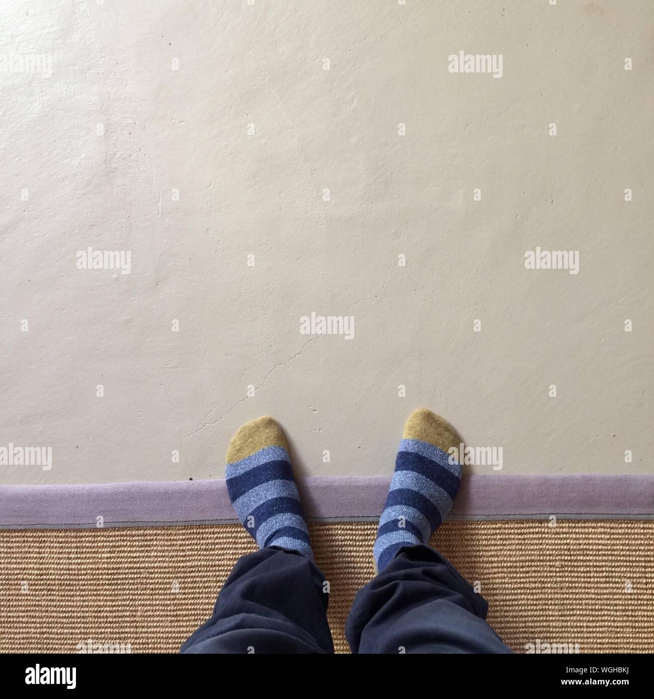 People Man Feet Socks Stockfotos & People Man Feet Socks