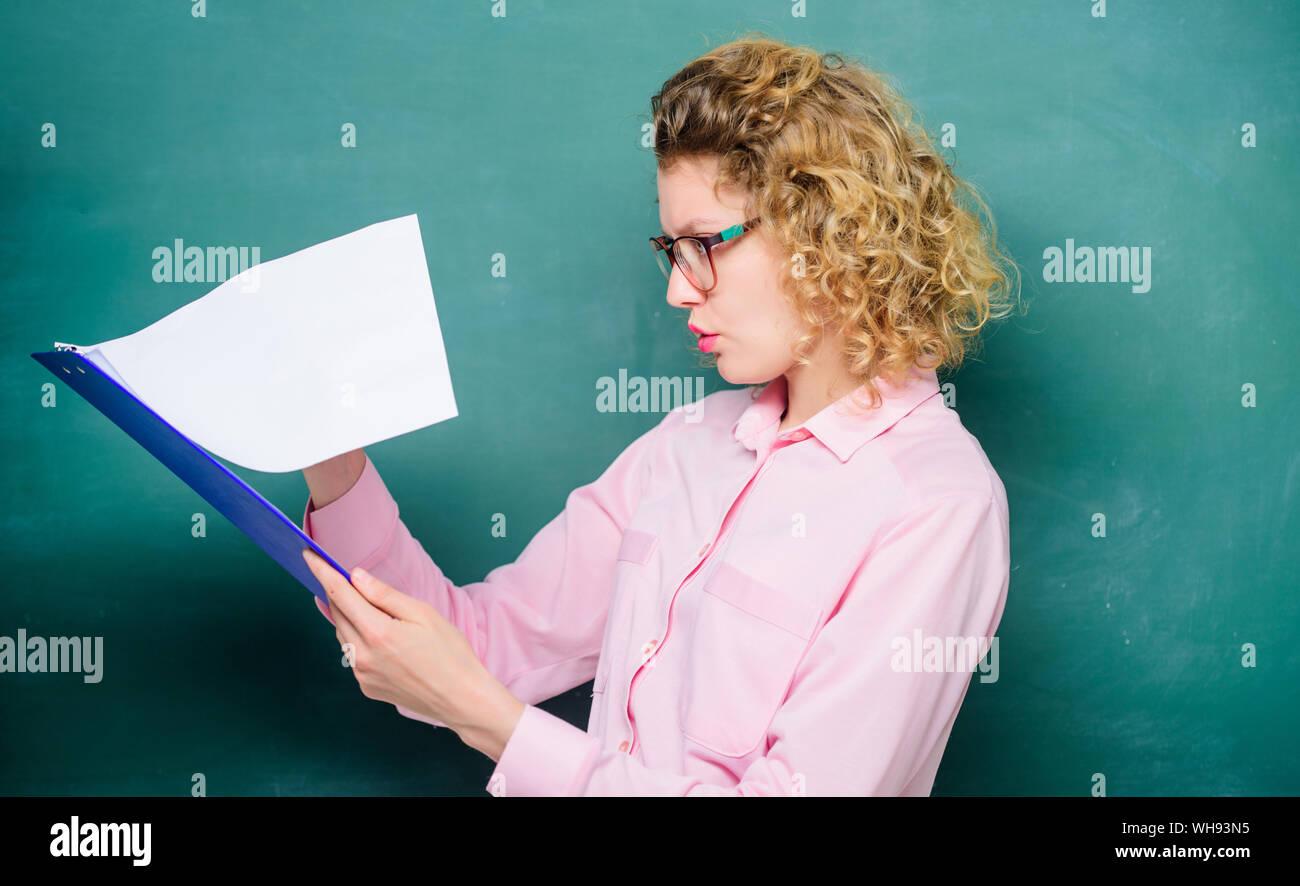 Bericht Projekt. zurück zu Schule. Essayistik. Lehrer mit Dokumentenordner. Mädchen Lehrer an privaten Lektion. Werkstudent in Gläsern an der Tafel. im nächsten Schuljahr. Mädchen für Prüfungen vorbereiten. Stockfoto
