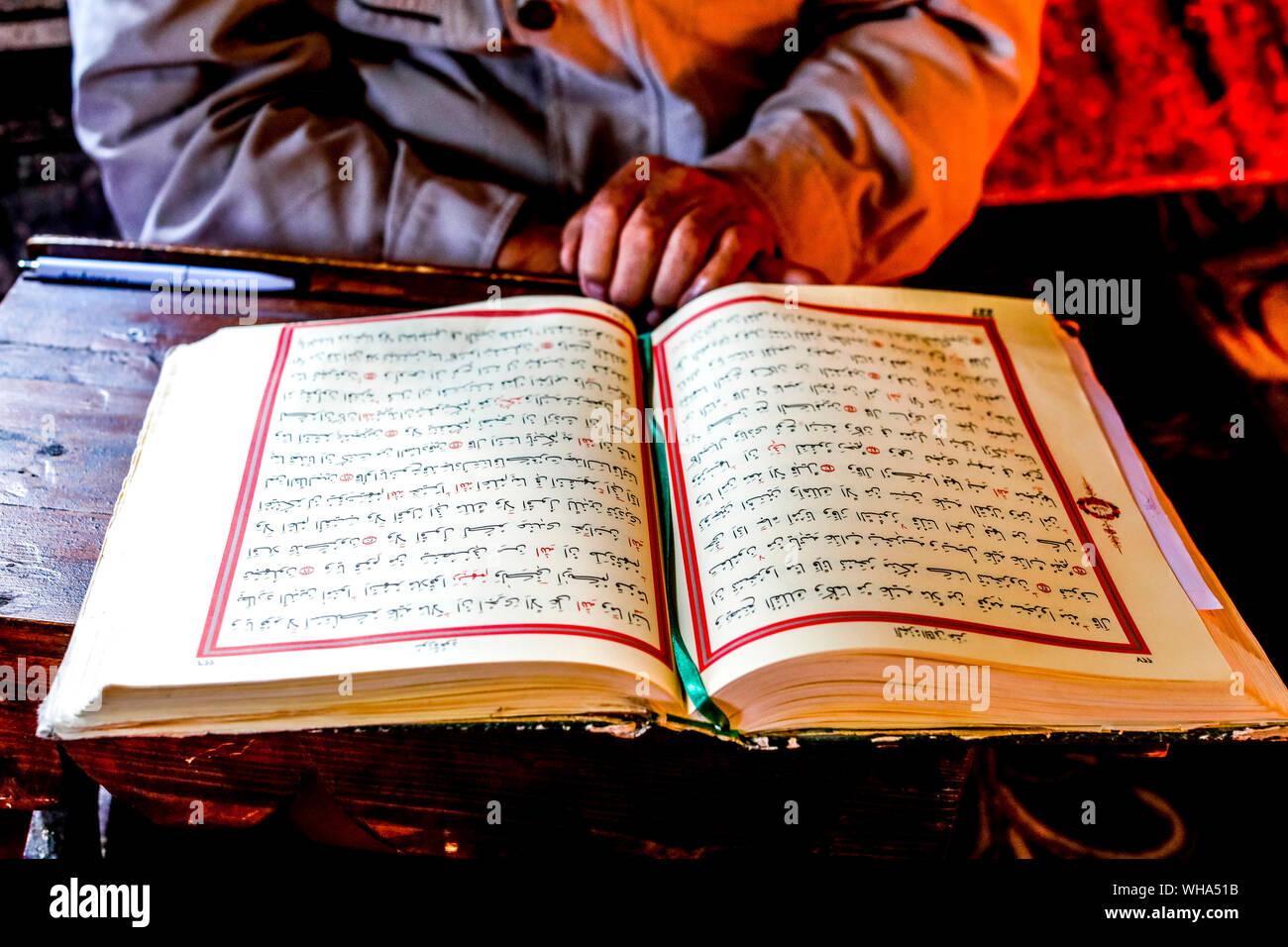 Mazedonische Muslimischen lesen den Koran, Pasha Moschee, der bemalte Moschee von Tetovo, Republik Mazedonien, Europa Stockfoto