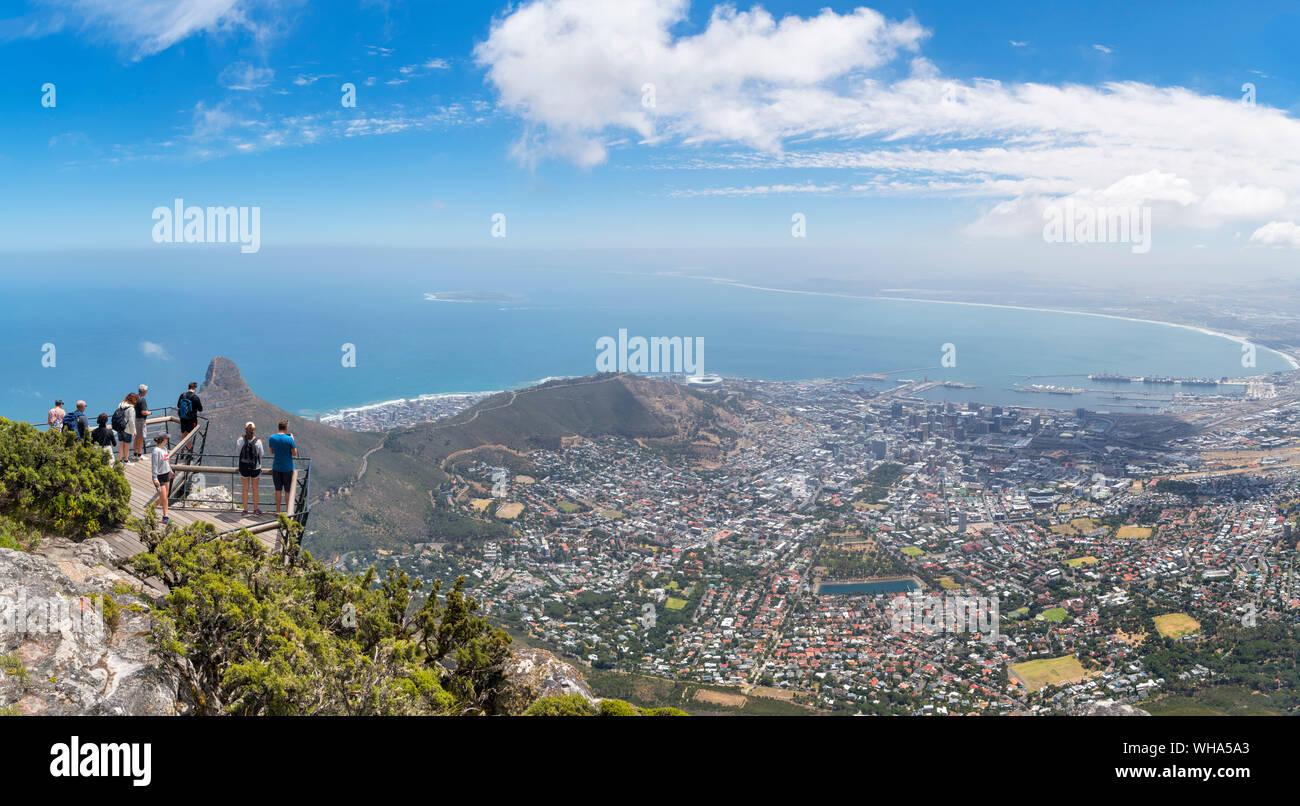 Touristen an einem Aussichtspunkt auf dem Tafelberg mit Blick auf die Stadt Kapstadt, Western Cape, Südafrika Stockfoto