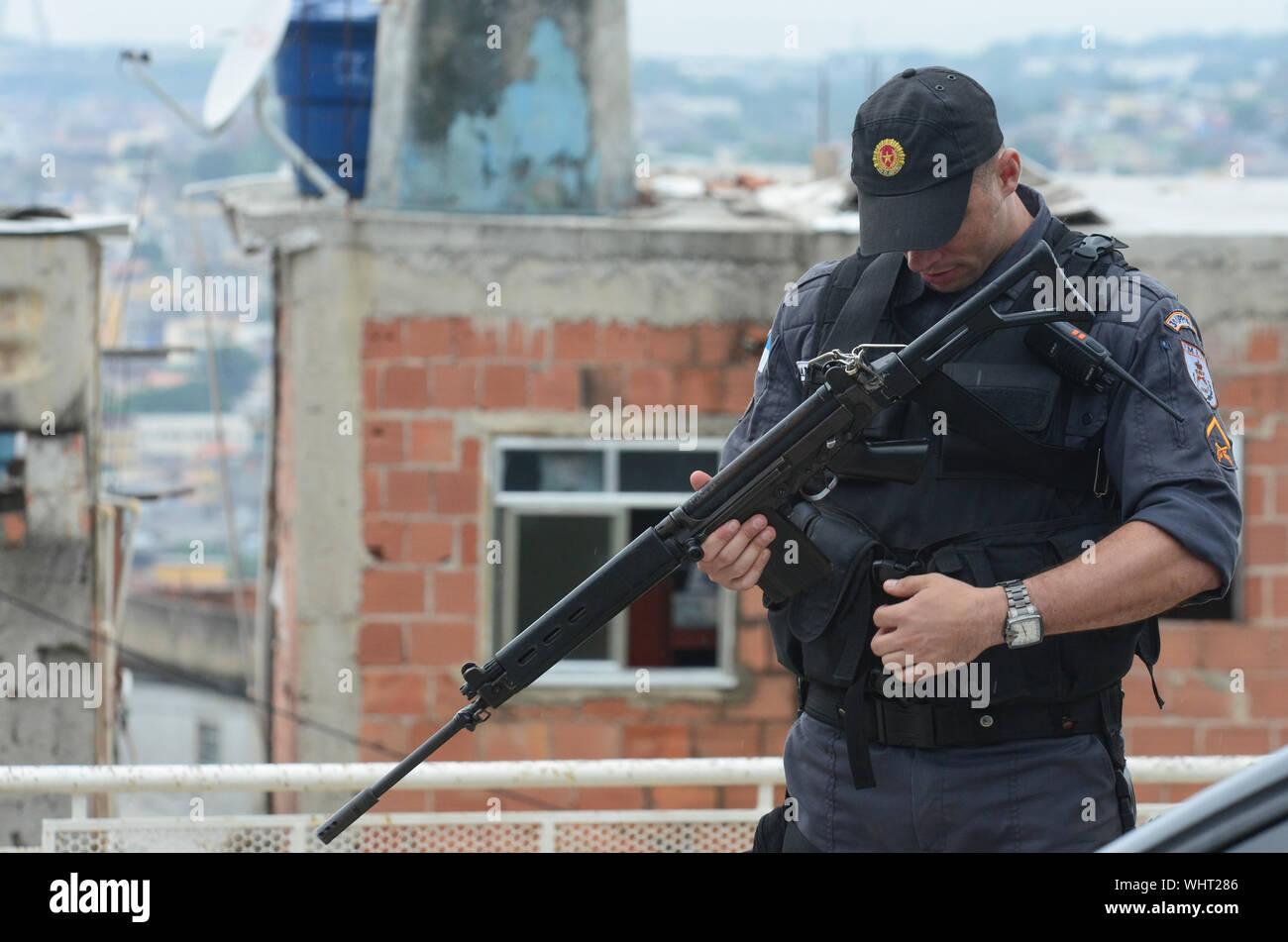 RIO DE JANEIRO, BRASILIEN, März, 21, 2015: Rio de Janeiro Militärpolizei mit Scharfschützen patrouillieren die Deutsche Komplex, slum Komplex Stockfoto